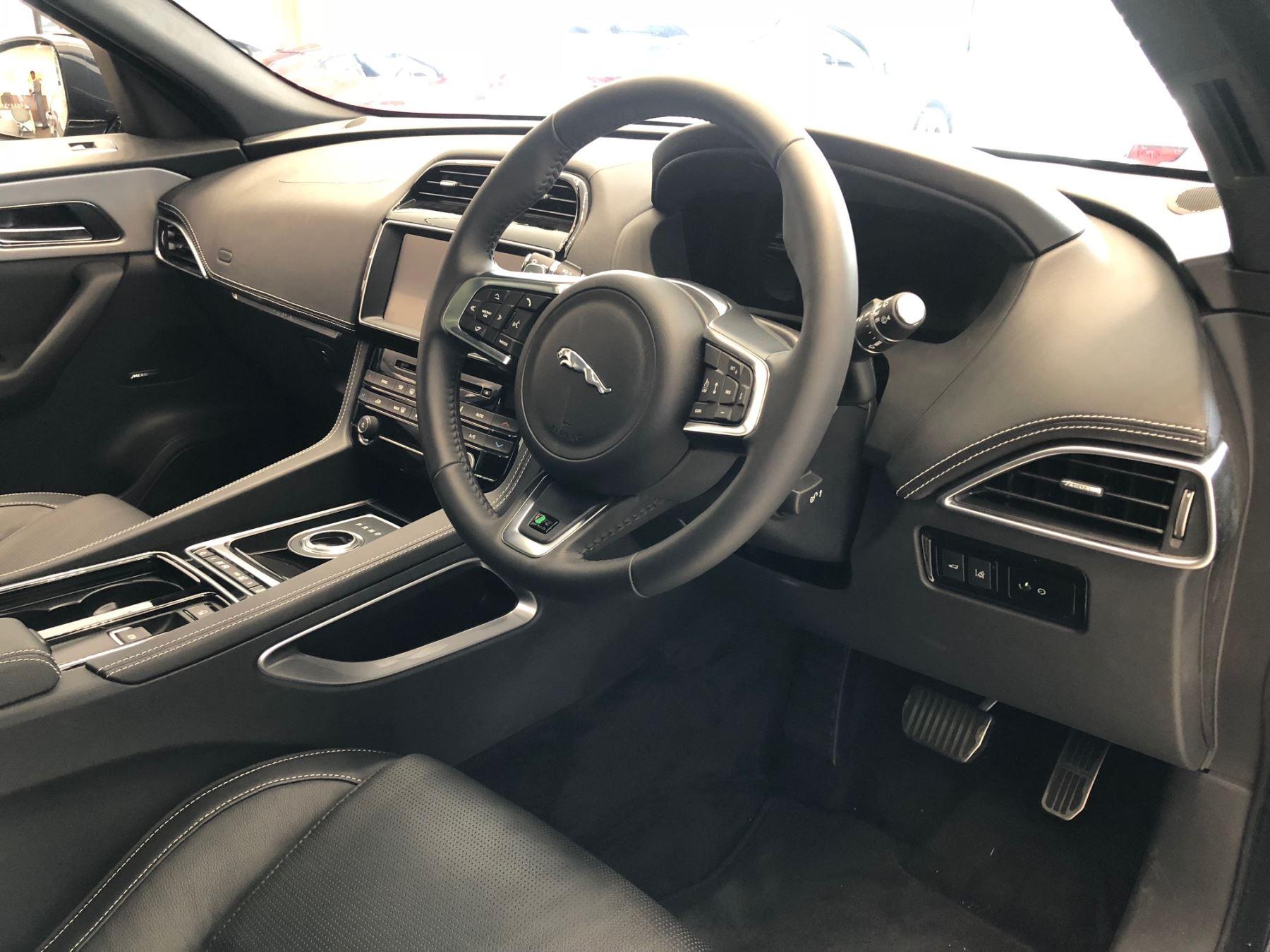 Jaguar F-PACE 2.0d R-Sport AWD image 4