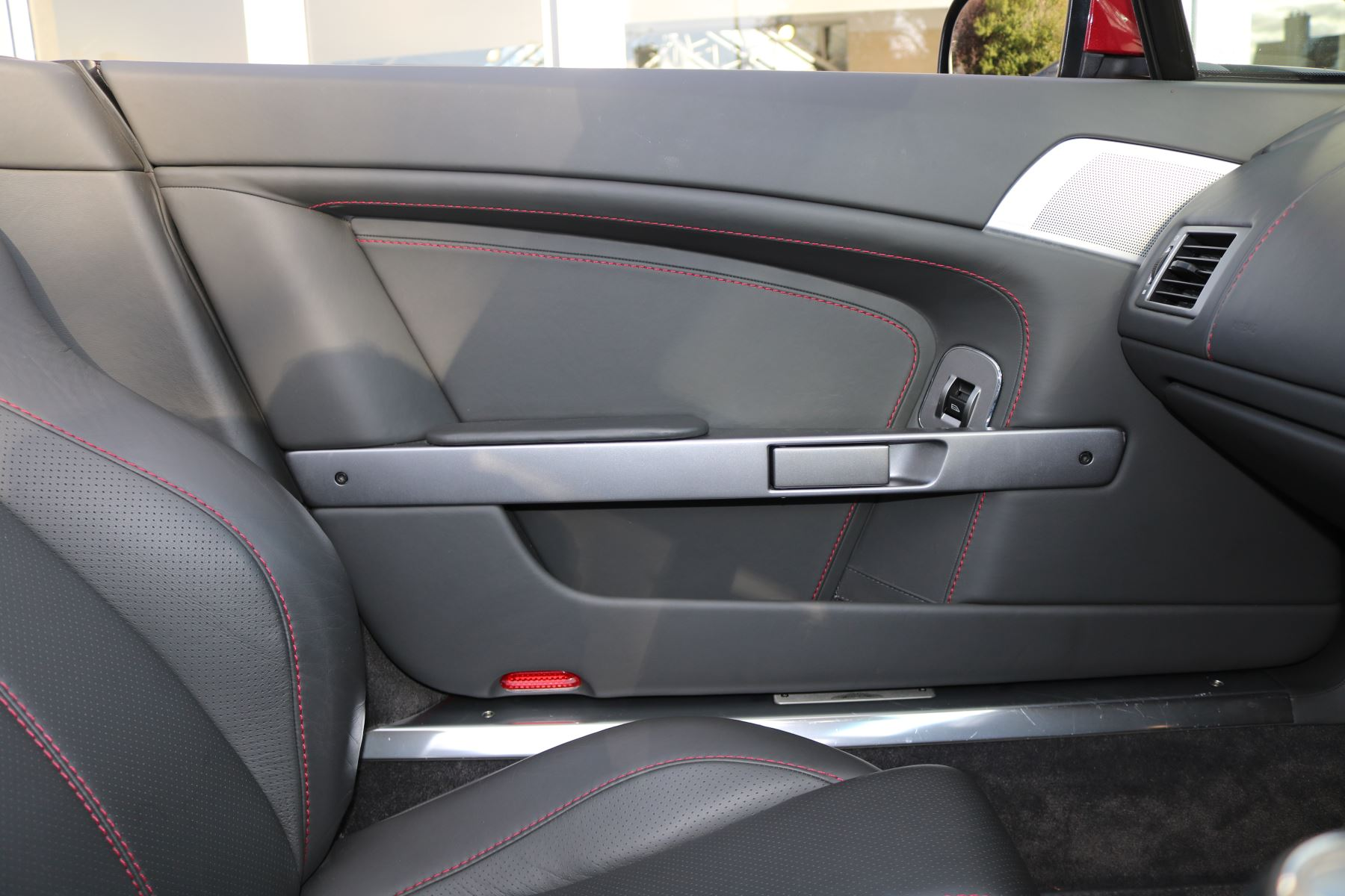 Aston Martin V8 Vantage Roadster 2dr [420] image 15