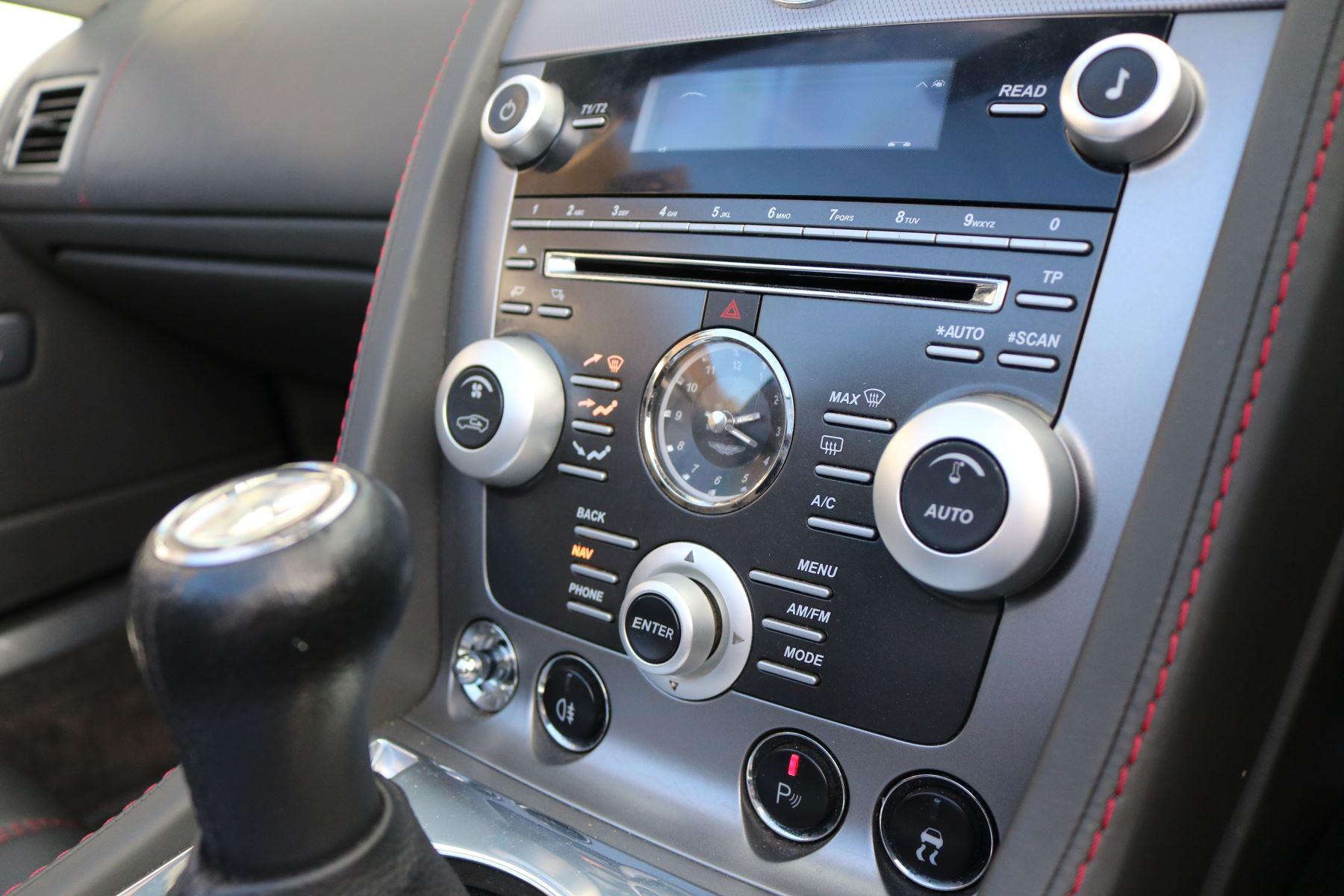 Aston Martin V8 Vantage Roadster 2dr [420] image 18
