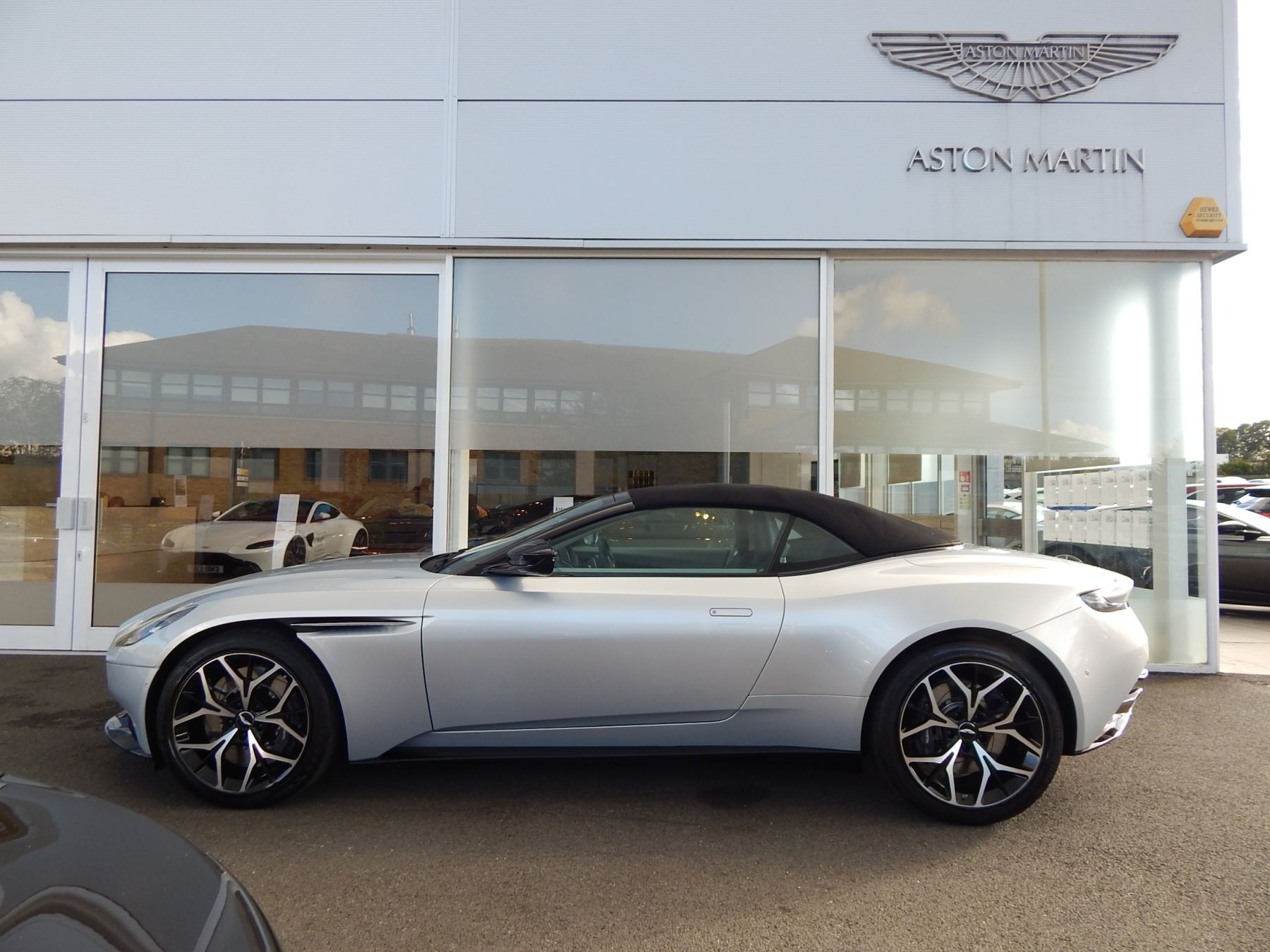Aston Martin DB11 Volante 4.0 V8 Twin Turbo image 21