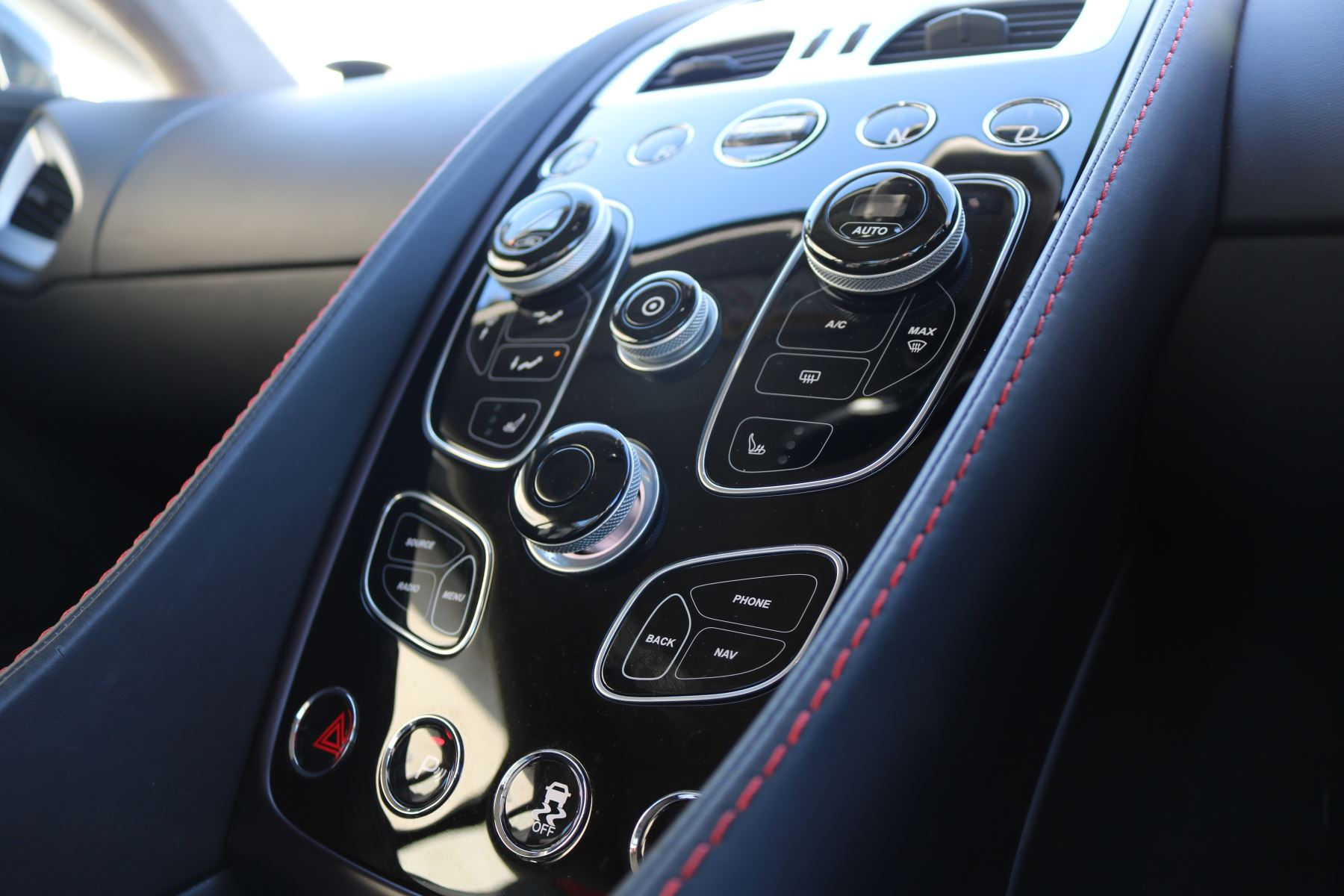 Aston Martin Vanquish V12 [568] 2+2 2dr Touchtronic 8 speed Carbon 17 Model Year Apple Car Play  image 7
