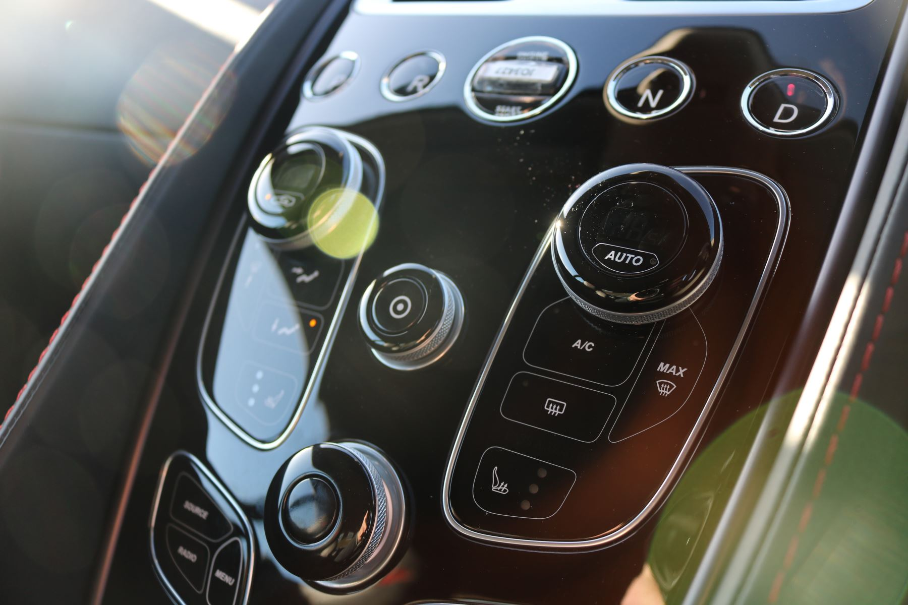Aston Martin Vanquish V12 [568] 2+2 2dr Touchtronic 8 speed Carbon 17 Model Year Apple Car Play  image 9