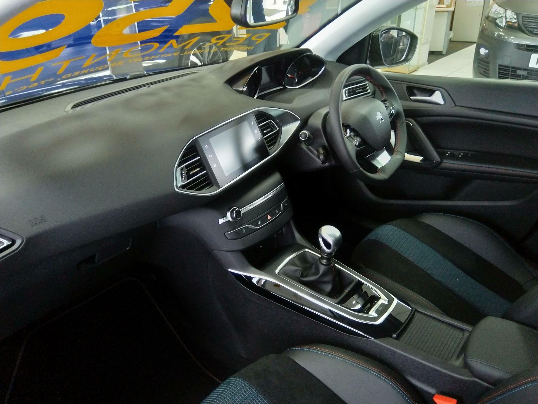 Peugeot 308 1.5 BlueHDi 130 Tech Edition image 4