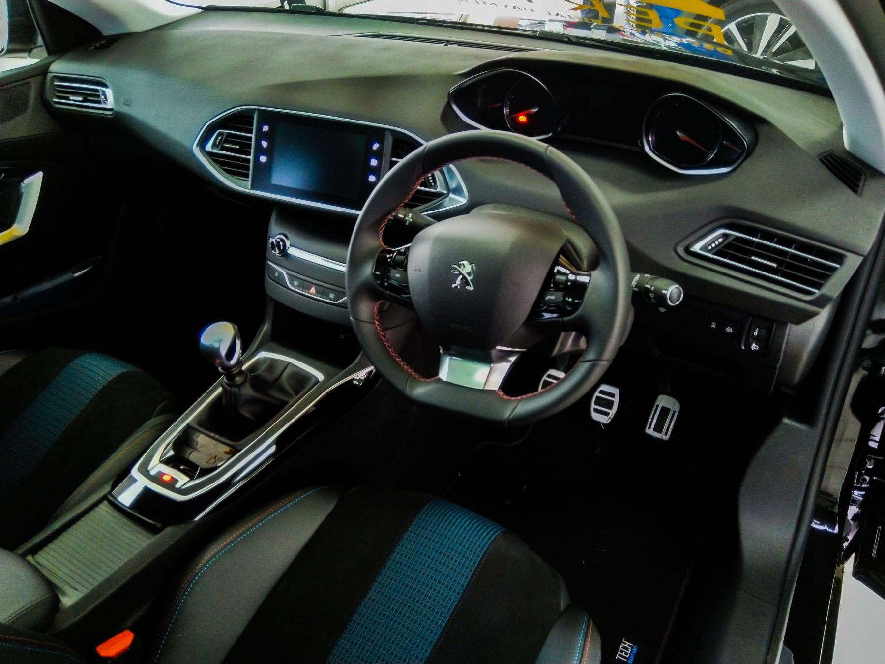 Peugeot 308 1.5 BlueHDi 130 Tech Edition image 8