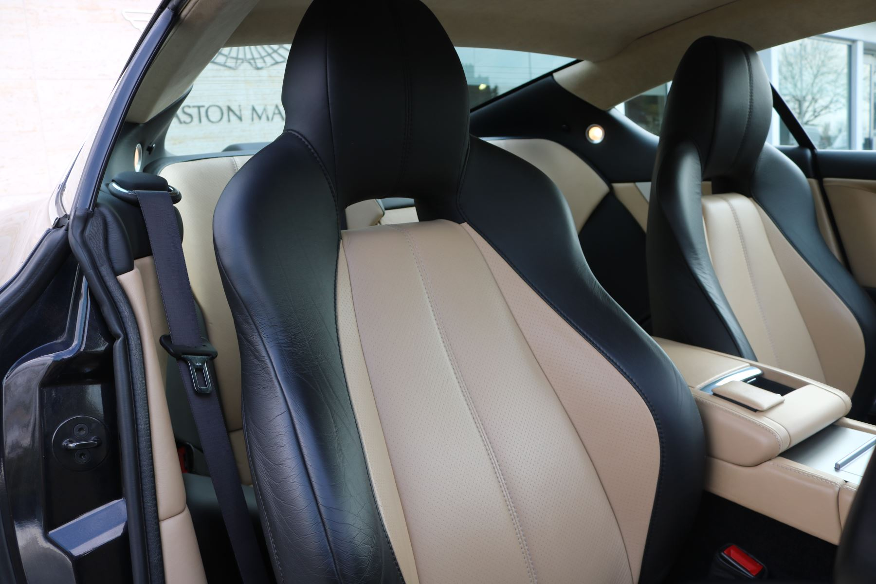 Aston Martin DB9 V12 2dr [470] image 13