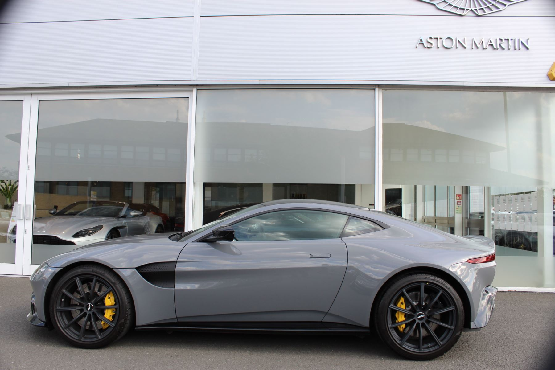 Aston Martin V8 Vantage Coupe 2dr ZF 8 Speed image 8