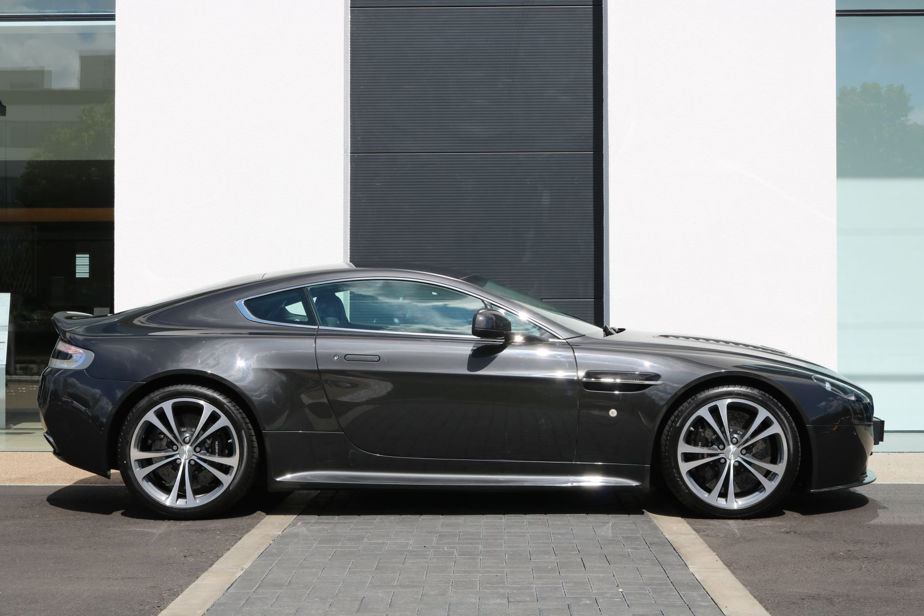 Aston Martin V12 Vantage 2dr image 7