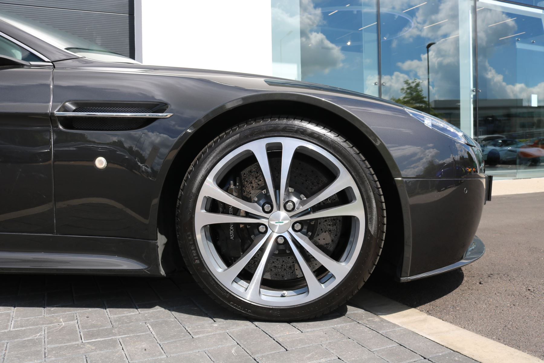 Aston Martin V12 Vantage 2dr image 9