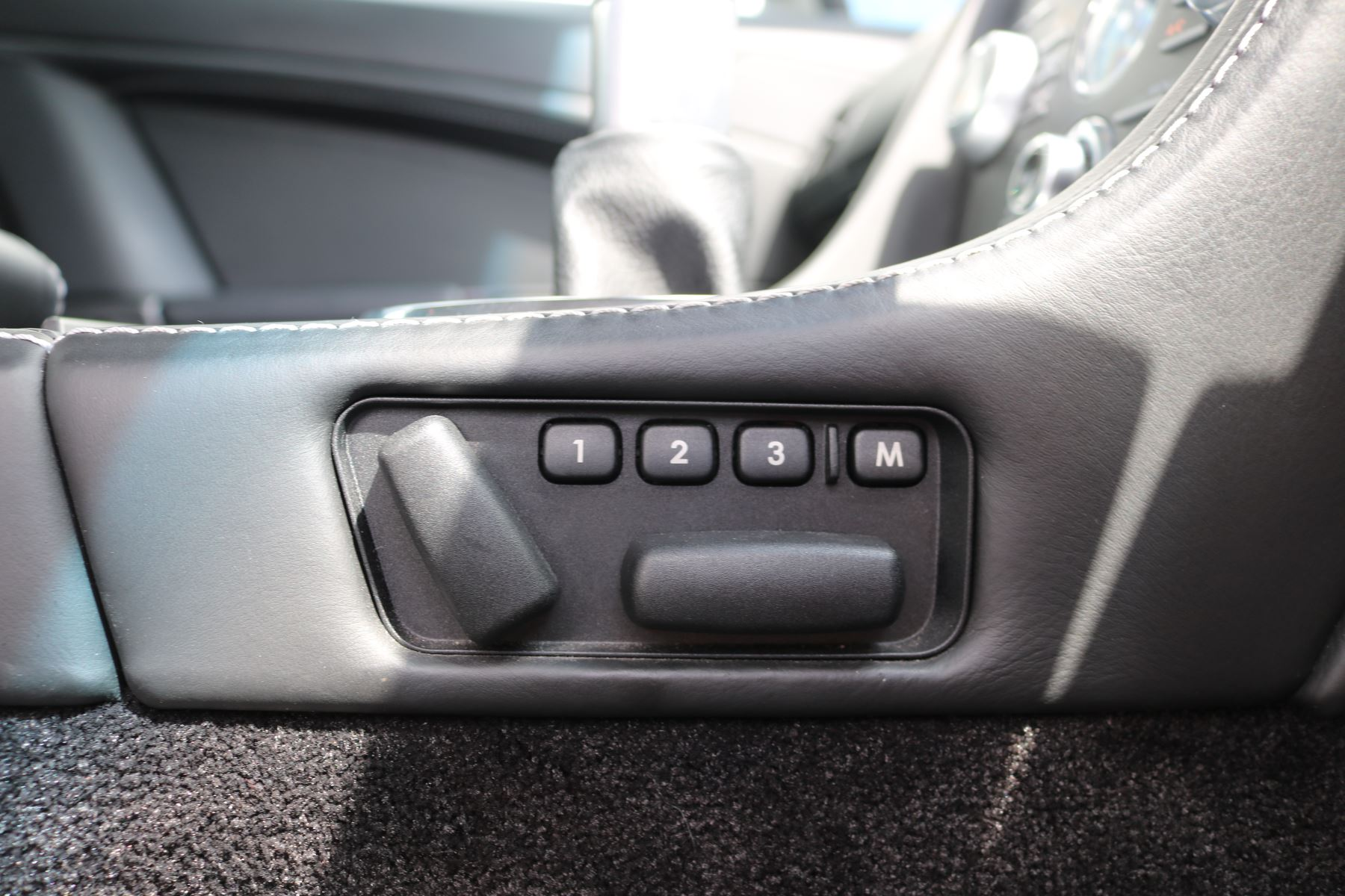 Aston Martin V12 Vantage 2dr image 25