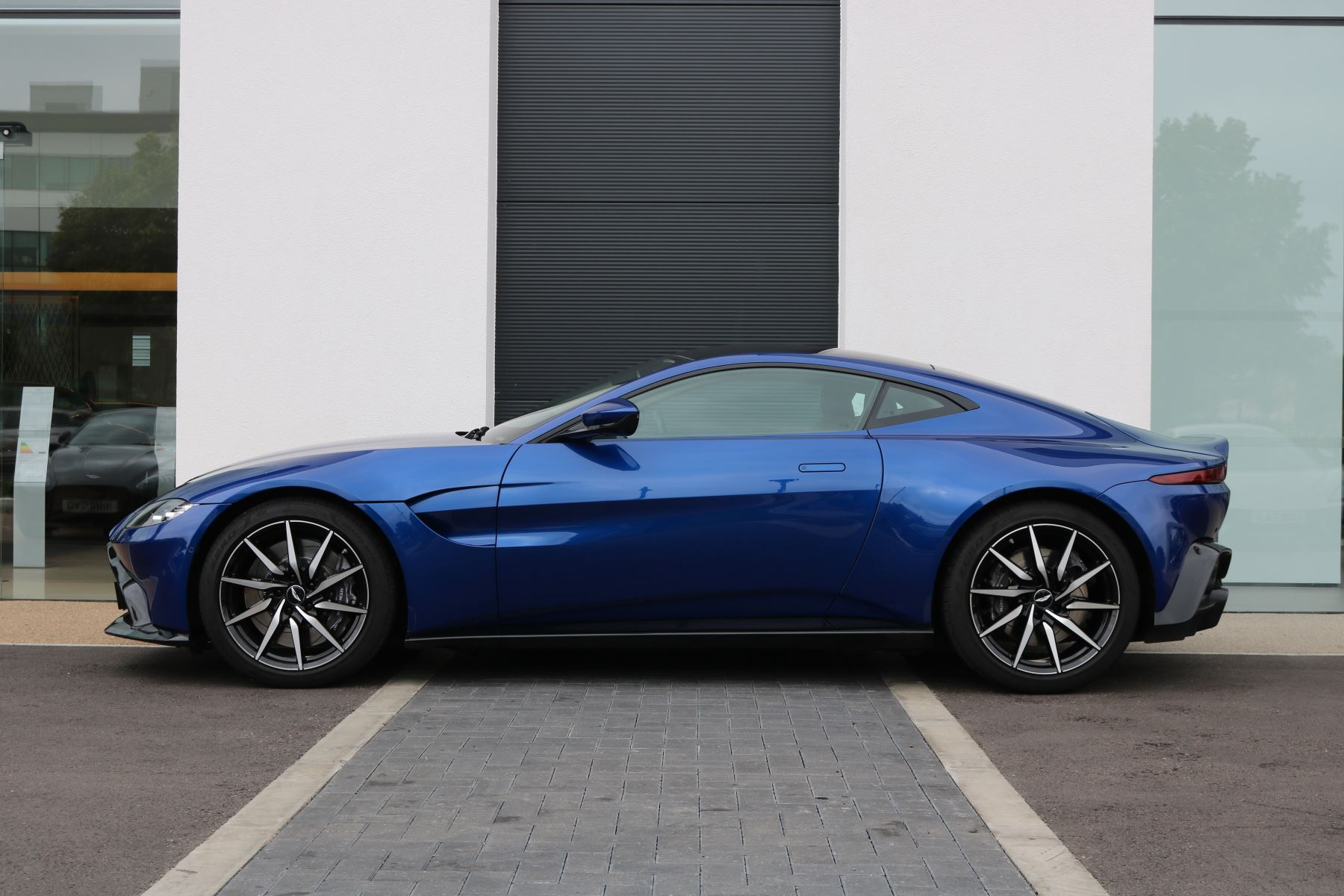 Aston Martin V8 Vantage Coupe 2dr ZF 8 Speed image 2