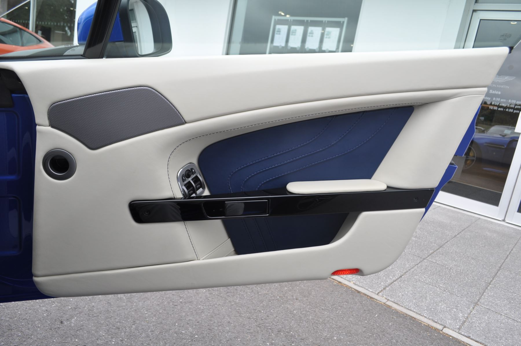 Aston Martin V8 Vantage S Coupe S 2dr Sportshift image 27