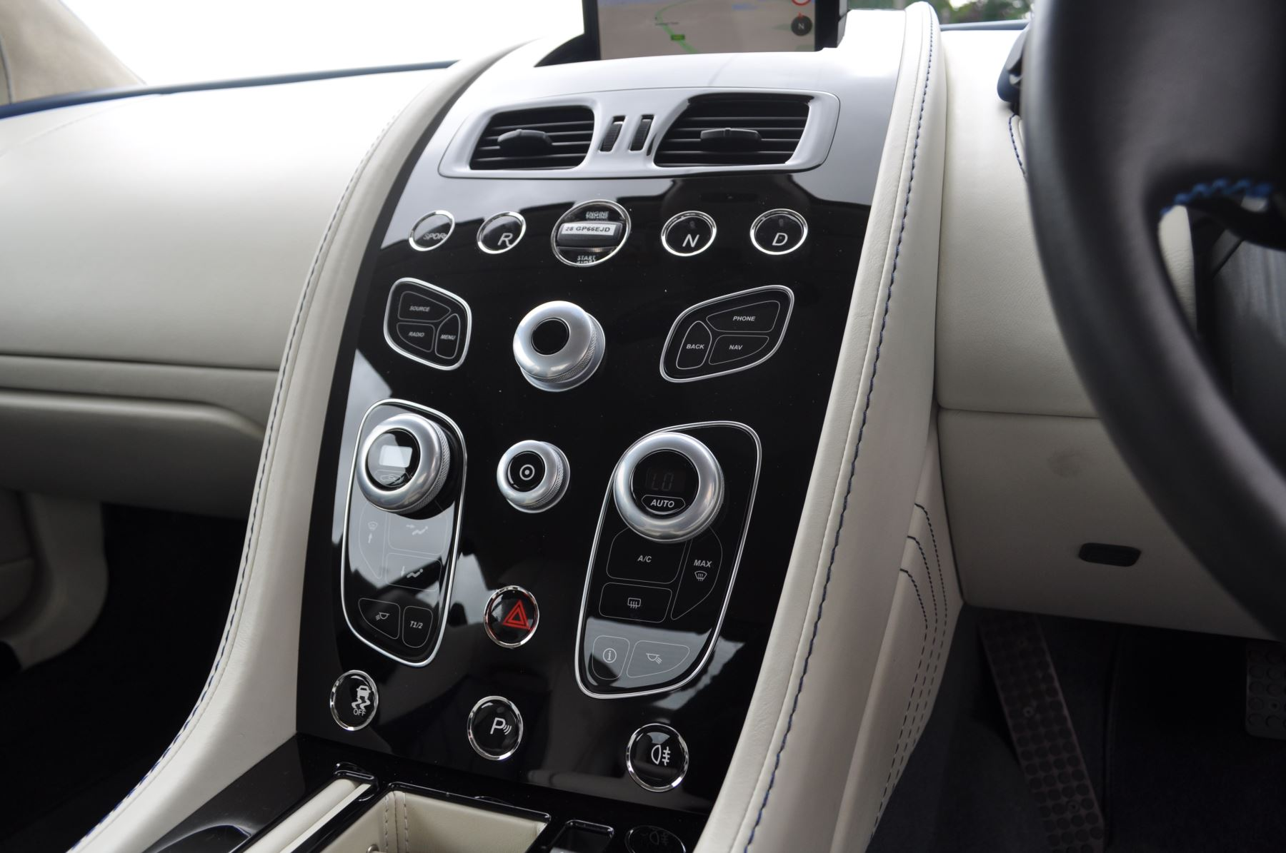 Aston Martin V8 Vantage S Coupe S 2dr Sportshift image 33