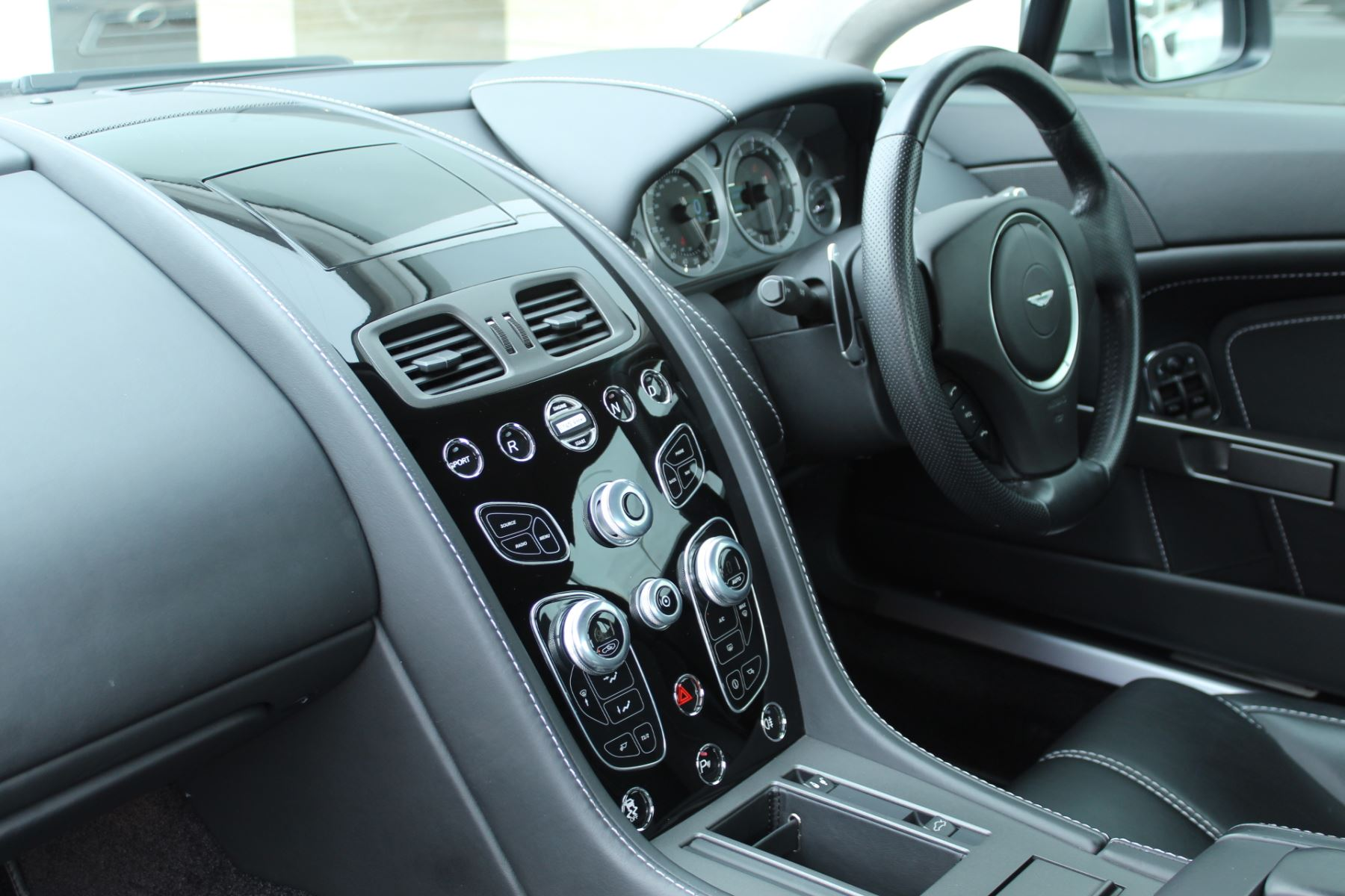 Aston Martin V8 Vantage Coupe 2dr Sportshift [420] image 22
