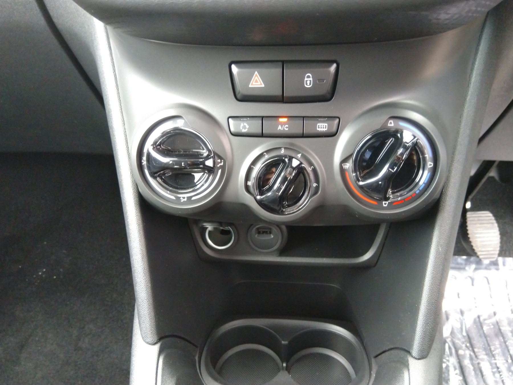 Peugeot 208 1.2 PureTech 82 Signature [Start Stop] image 6