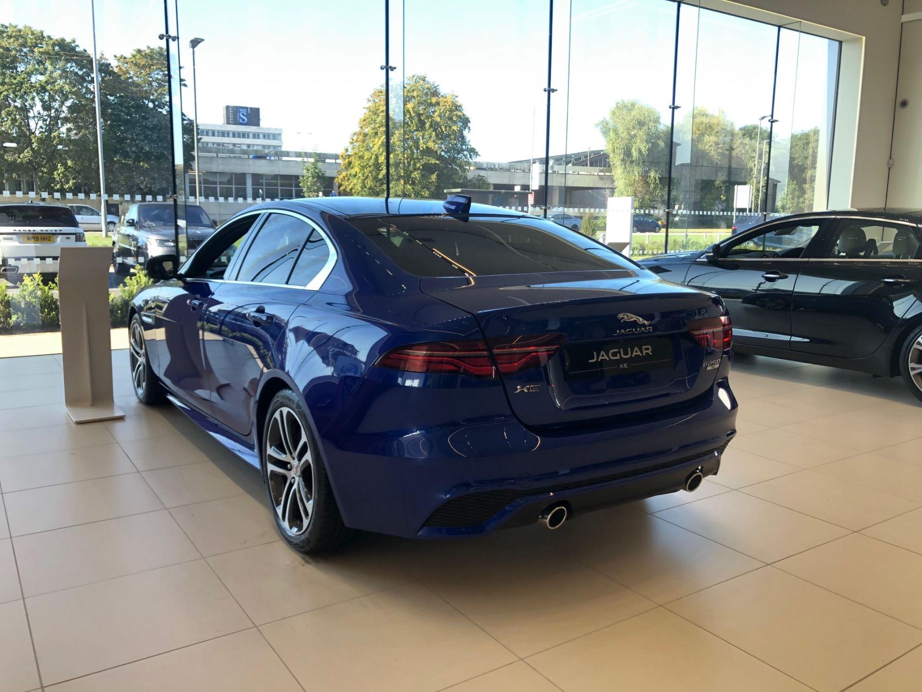 Jaguar XE 2.0 R-Dynamic SE image 2