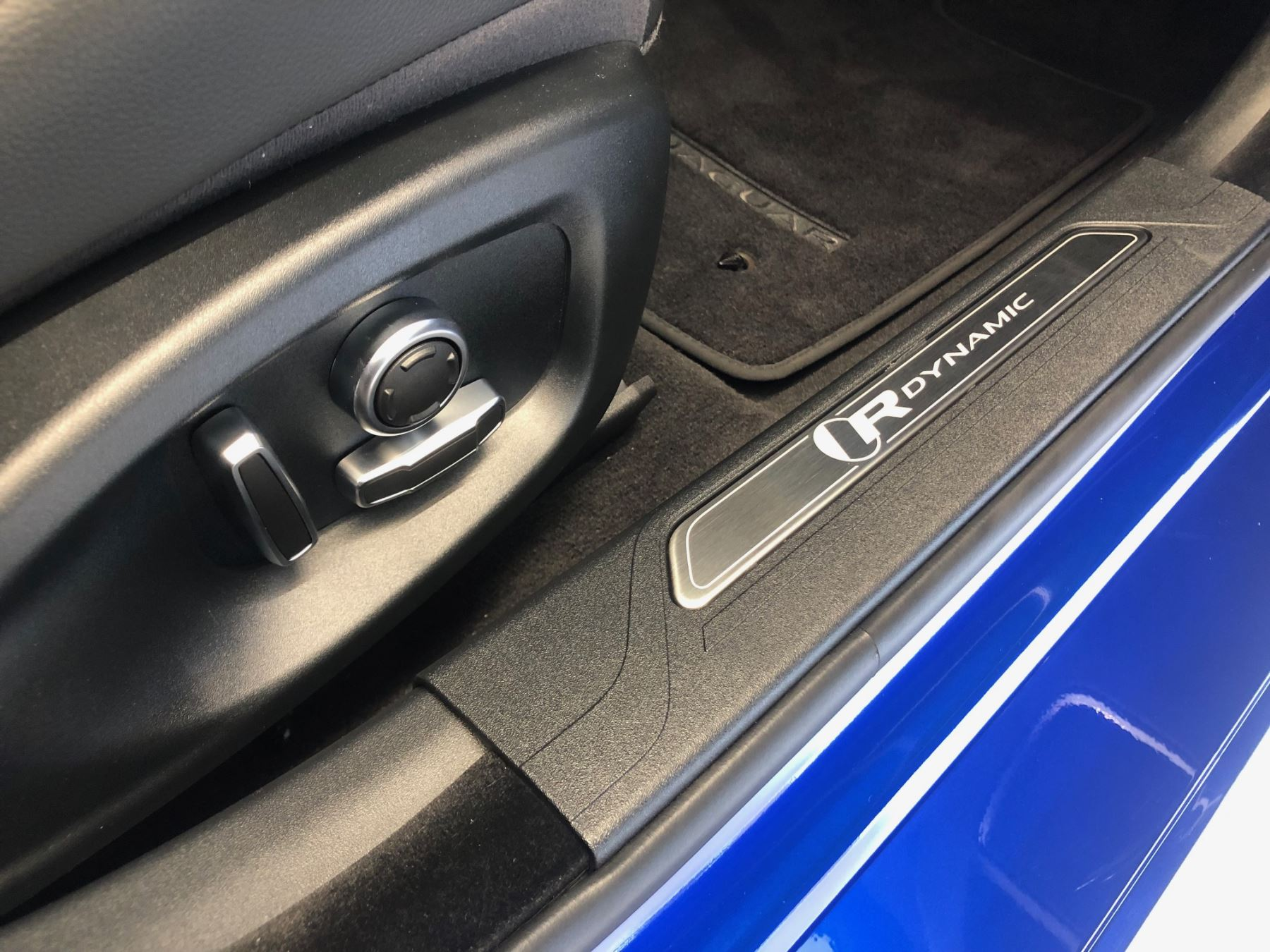 Jaguar XE 2.0 R-Dynamic SE image 8