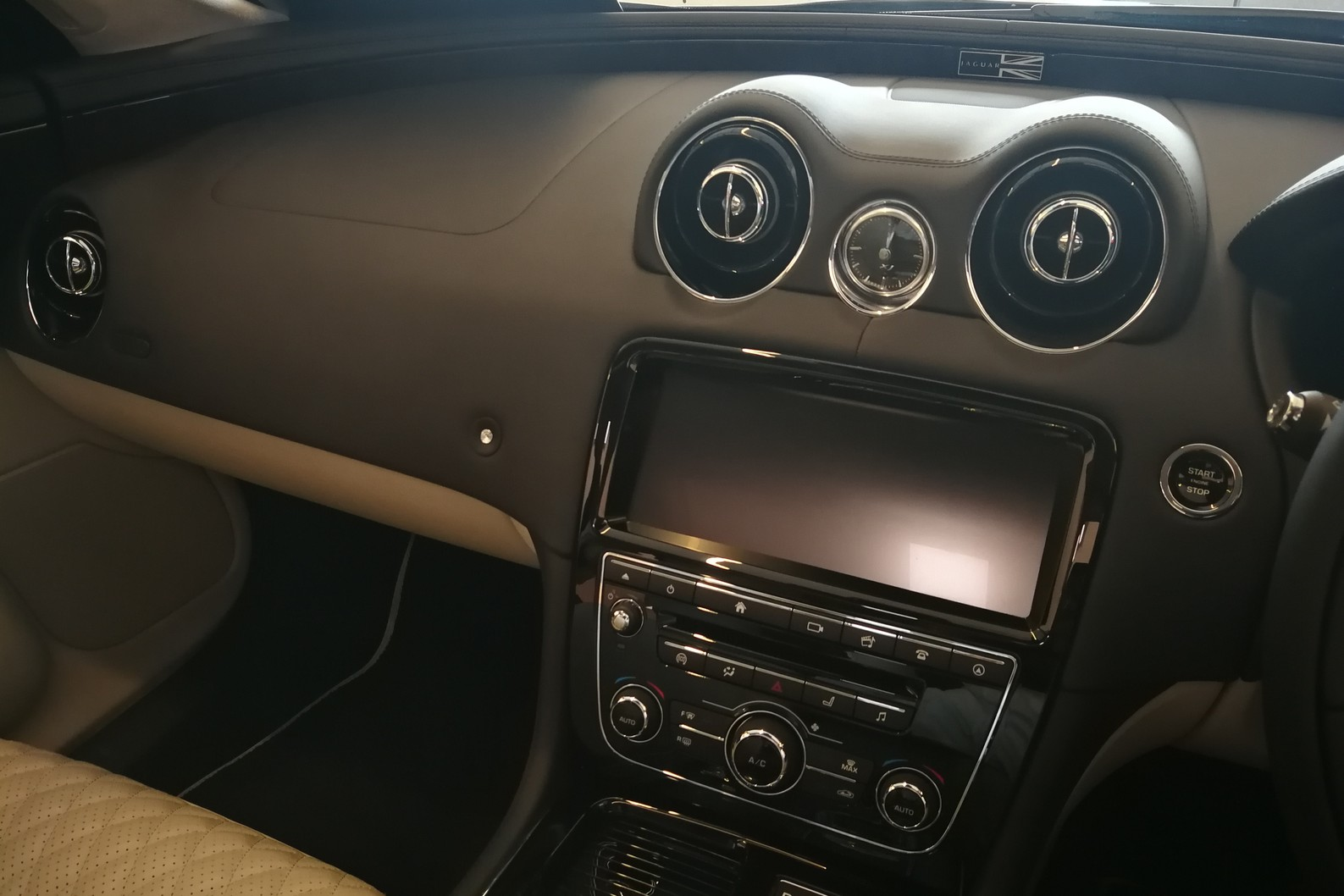 Jaguar XJ 3.0d V6 XJ50 LWB - Delivery Mileage - Surround Camera - Heated and cooled S image 9