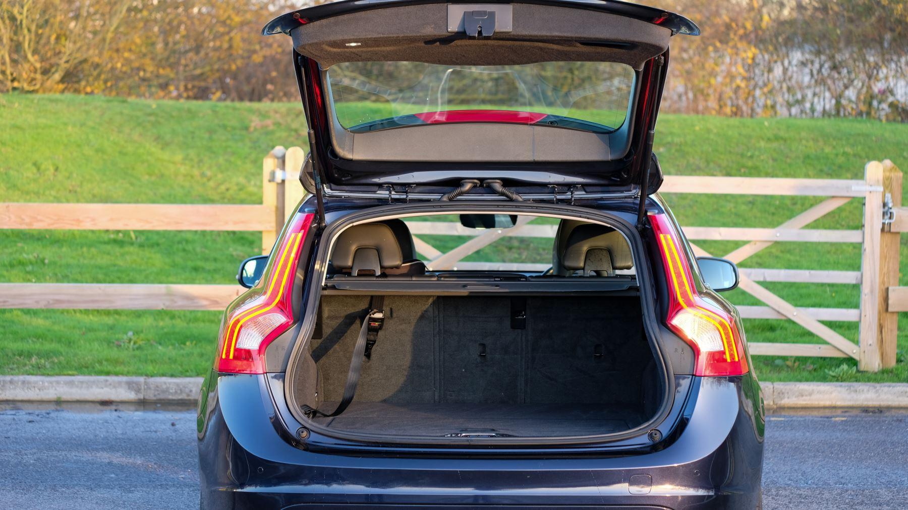 Volvo V60 D4 SE Lux Nav Auto, Winter Illumination & Family Pack, Sunroof, BLIS, VAT Reclaimable image 10