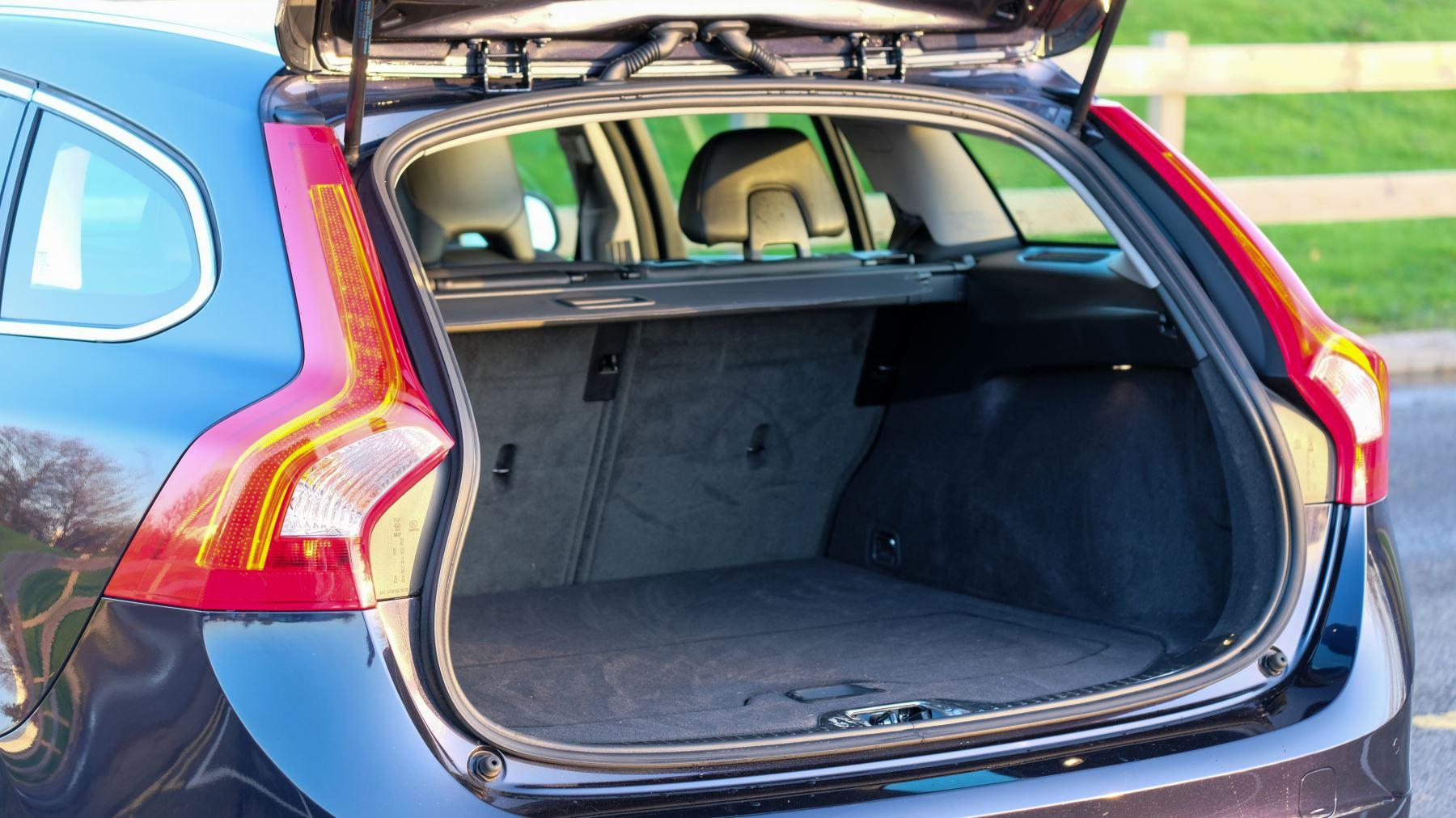 Volvo V60 D4 SE Lux Nav Auto, Winter Illumination & Family Pack, Sunroof, BLIS, VAT Reclaimable image 11