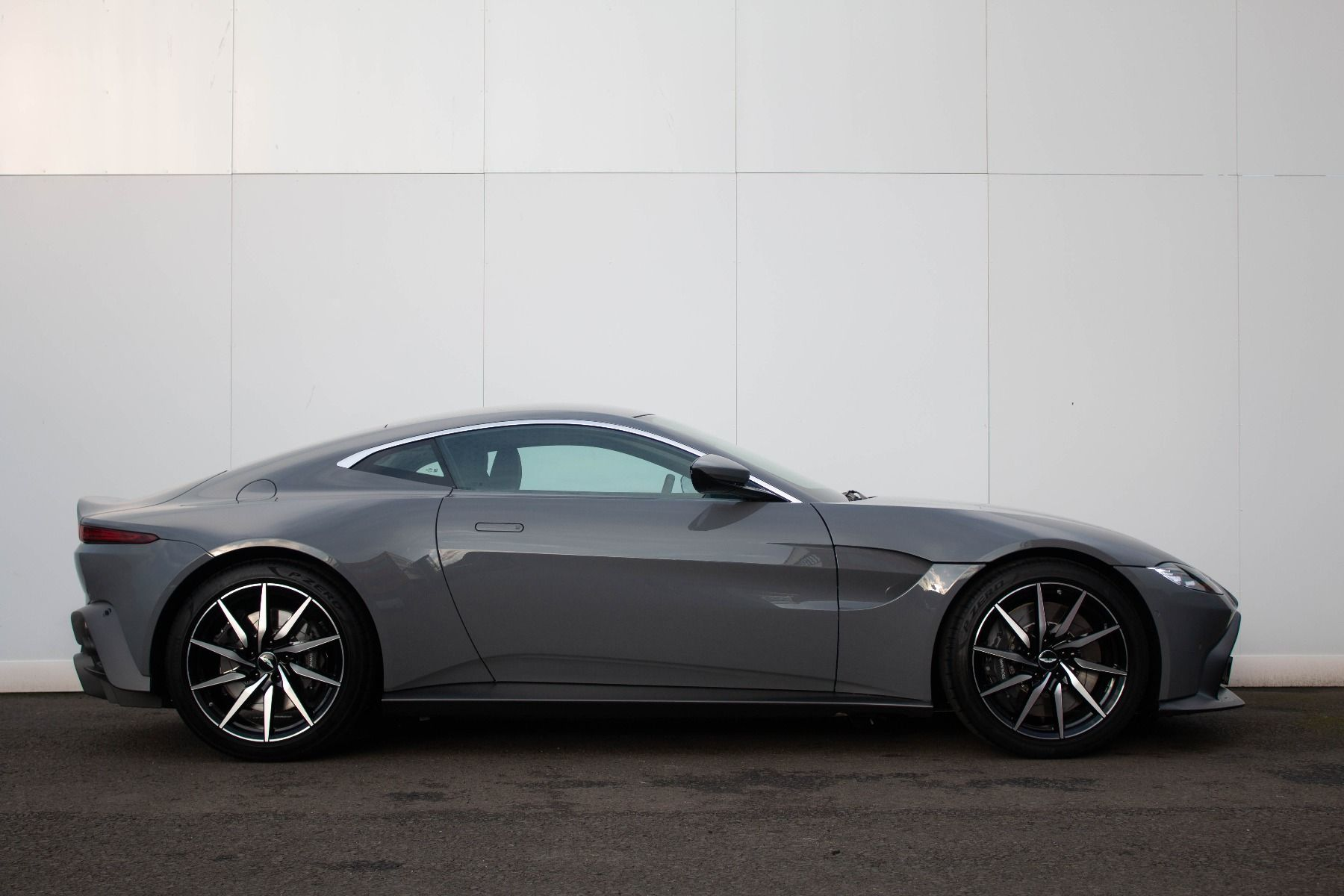 Aston Martin V8 Vantage Coupe 2dr ZF 8 Speed image 3