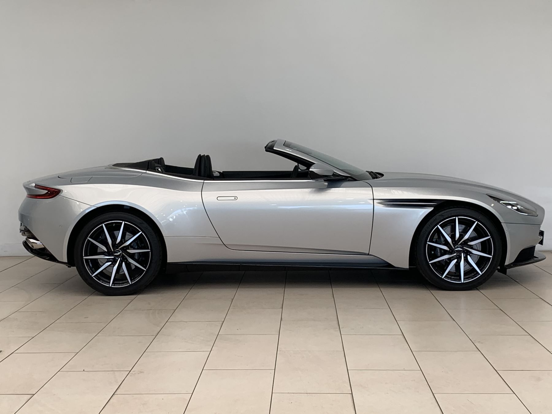 Aston Martin DB11 V8 Volante 2dr Touchtronic image 3