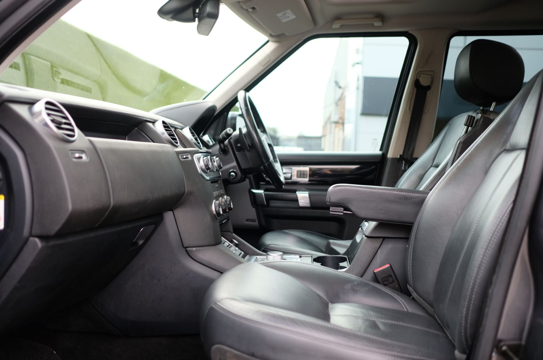 Land Rover Discovery 3.0 SDV6 HSE Luxury 5dr image 18