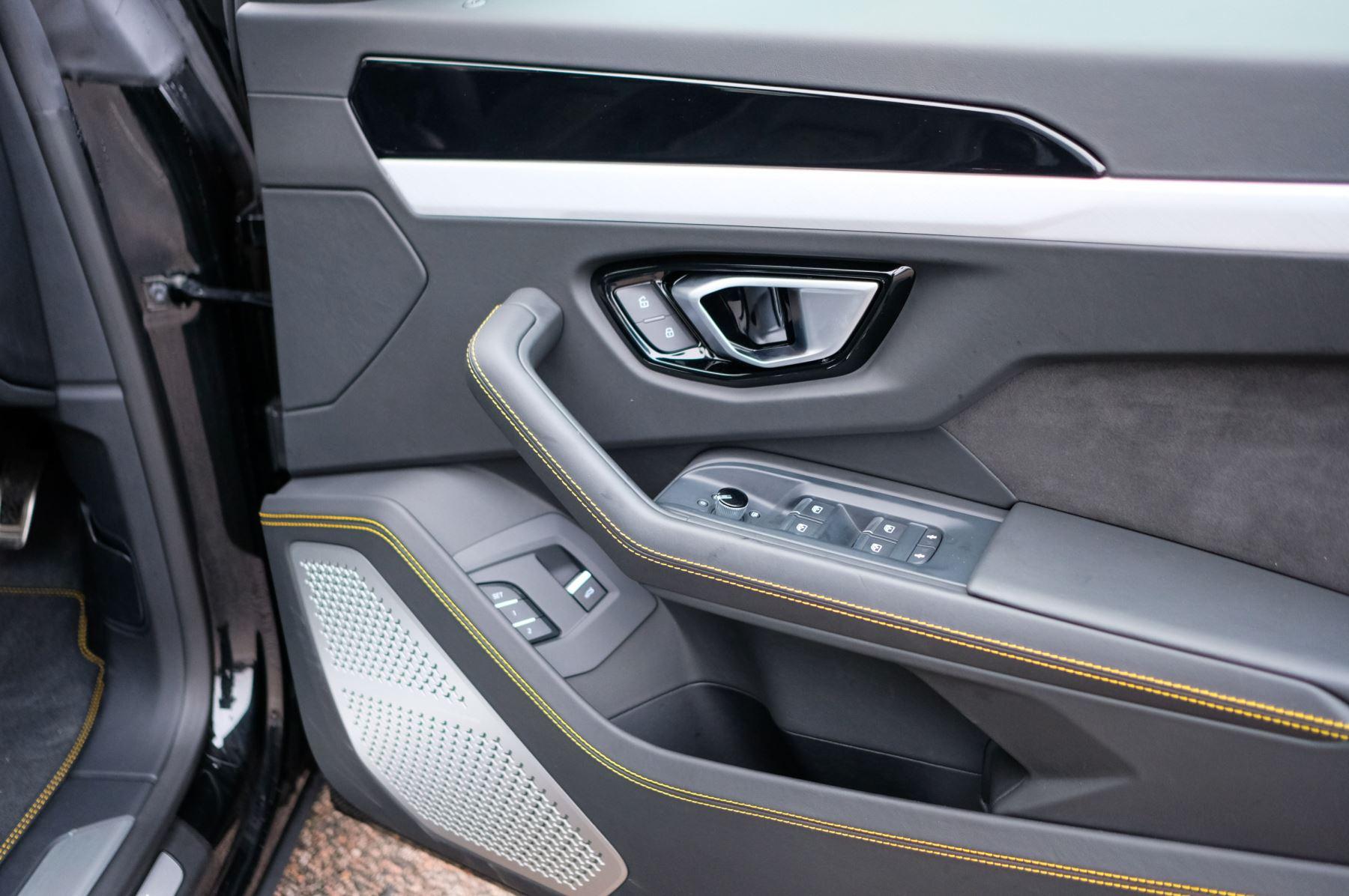 Lamborghini Urus 4.0T FSI V8 5dr Auto - Akrapovic exhaust & Exterior Carbon image 15