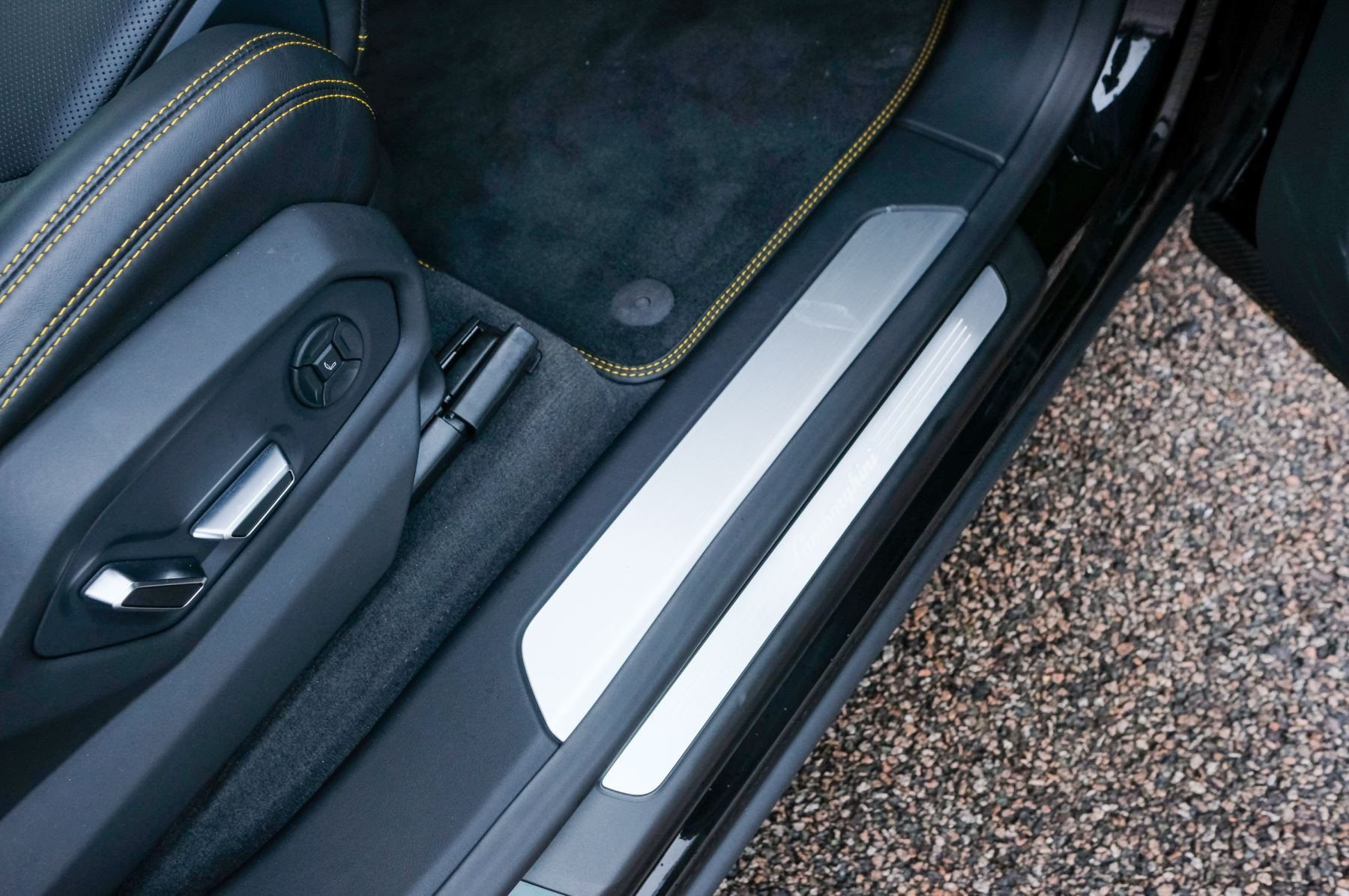 Lamborghini Urus 4.0T FSI V8 5dr Auto - Akrapovic exhaust & Exterior Carbon image 16