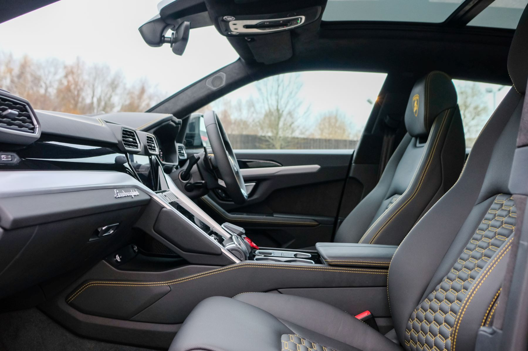 Lamborghini Urus 4.0T FSI V8 5dr Auto - Akrapovic exhaust & Exterior Carbon image 8