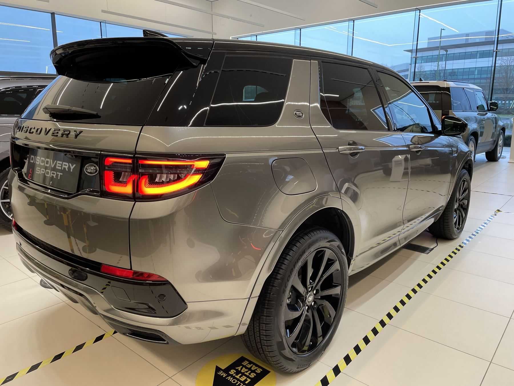 Land Rover Discovery Sport 2.0 P250 R-Dynamic HSE image 3
