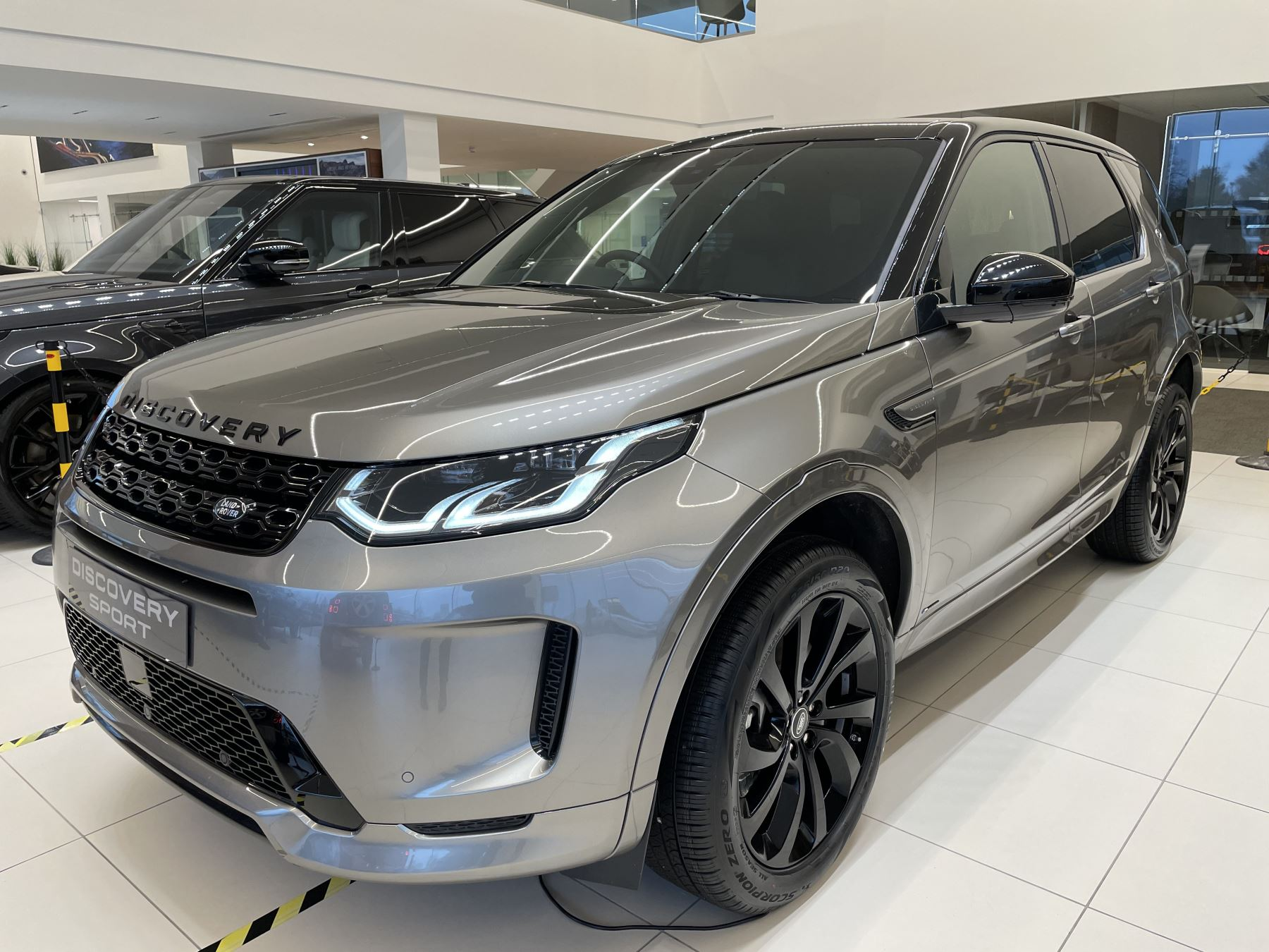 Land Rover Discovery Sport 2.0 P250 R-Dynamic HSE image 5
