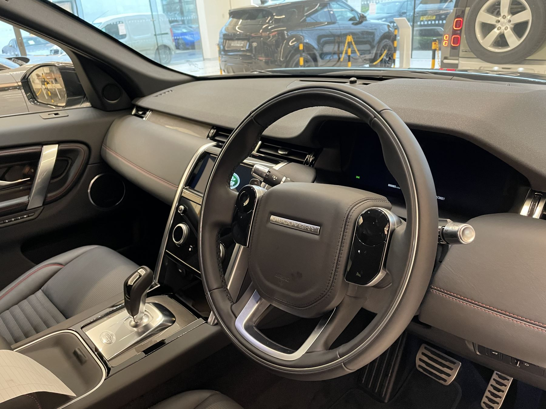 Land Rover Discovery Sport 2.0 P250 R-Dynamic HSE image 6