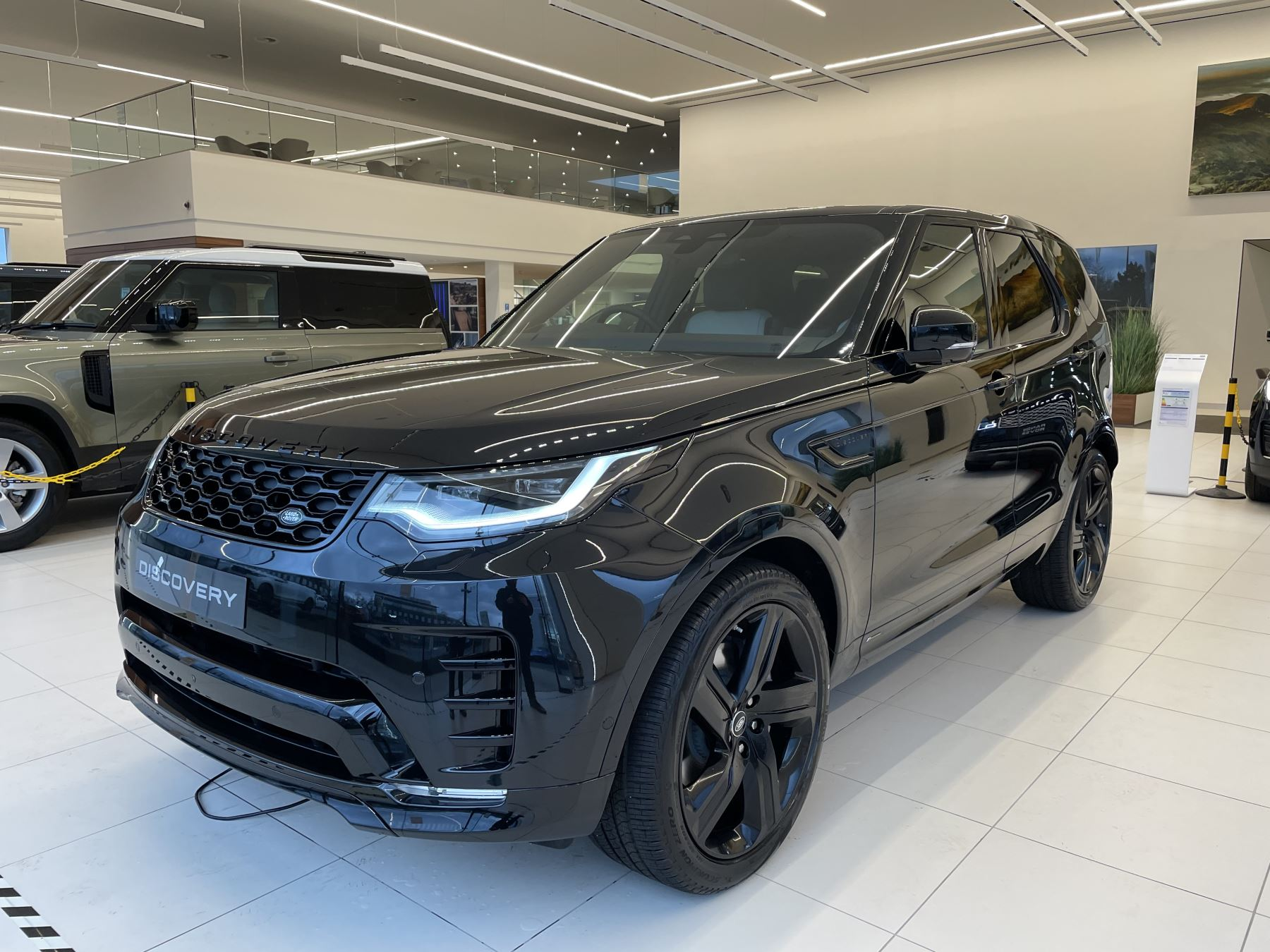 Land Rover Discovery 3.0 D300 R-Dynamic SE image 1