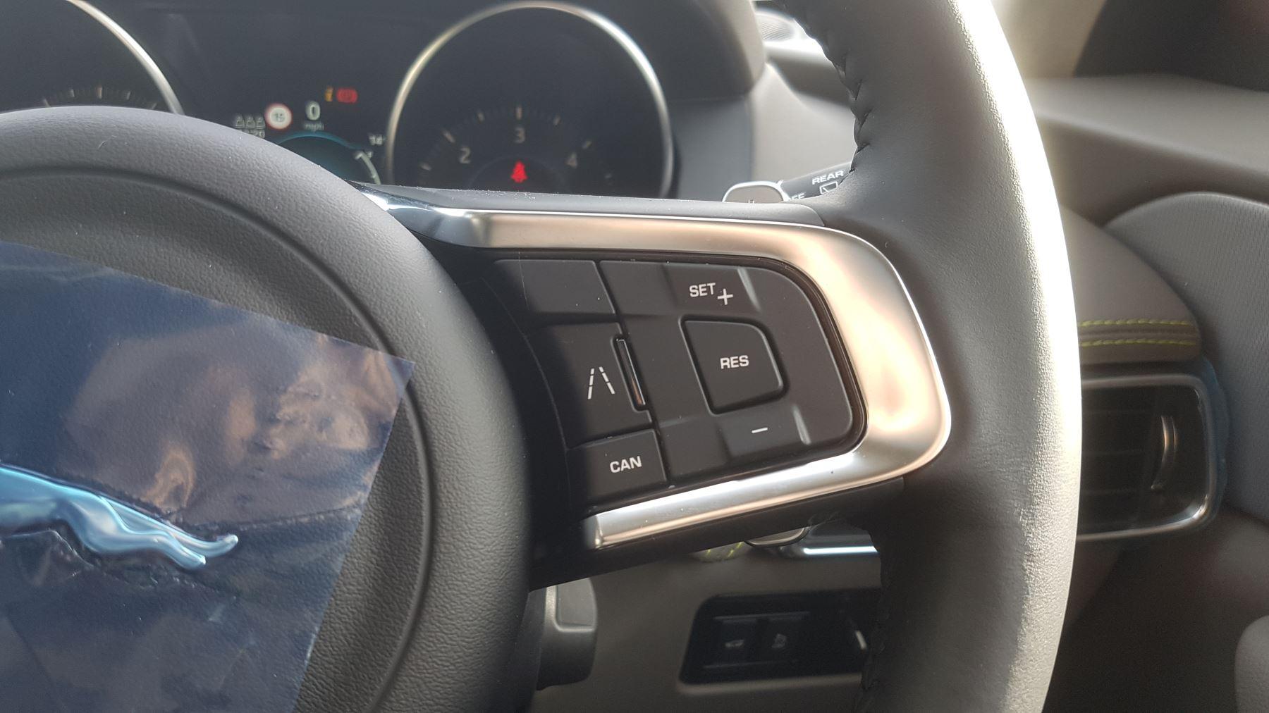 Jaguar F-PACE 2.0d R-Sport AWD image 18