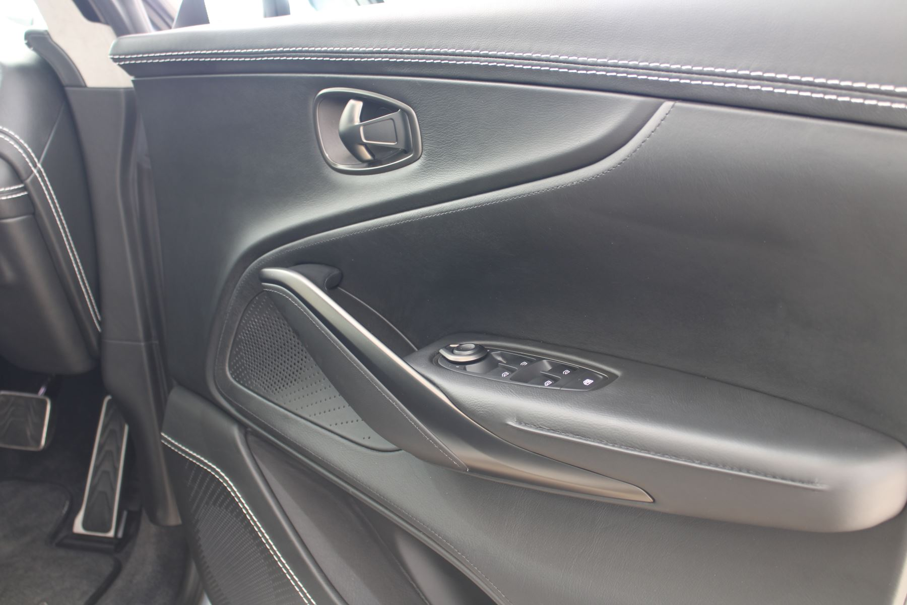 Aston Martin DBX V8 550 Touchtronic image 12