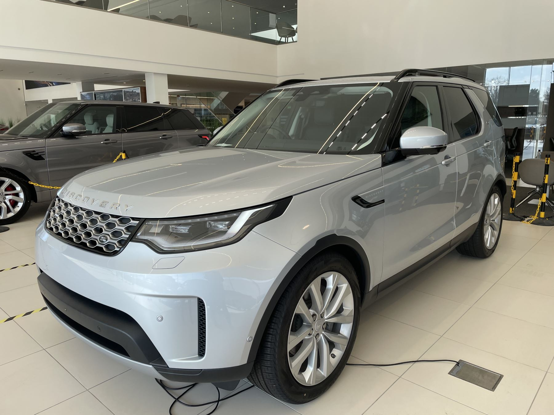 Land Rover Discovery 3.0 D300 SE COMMERCIAL 5dr Auto image 5