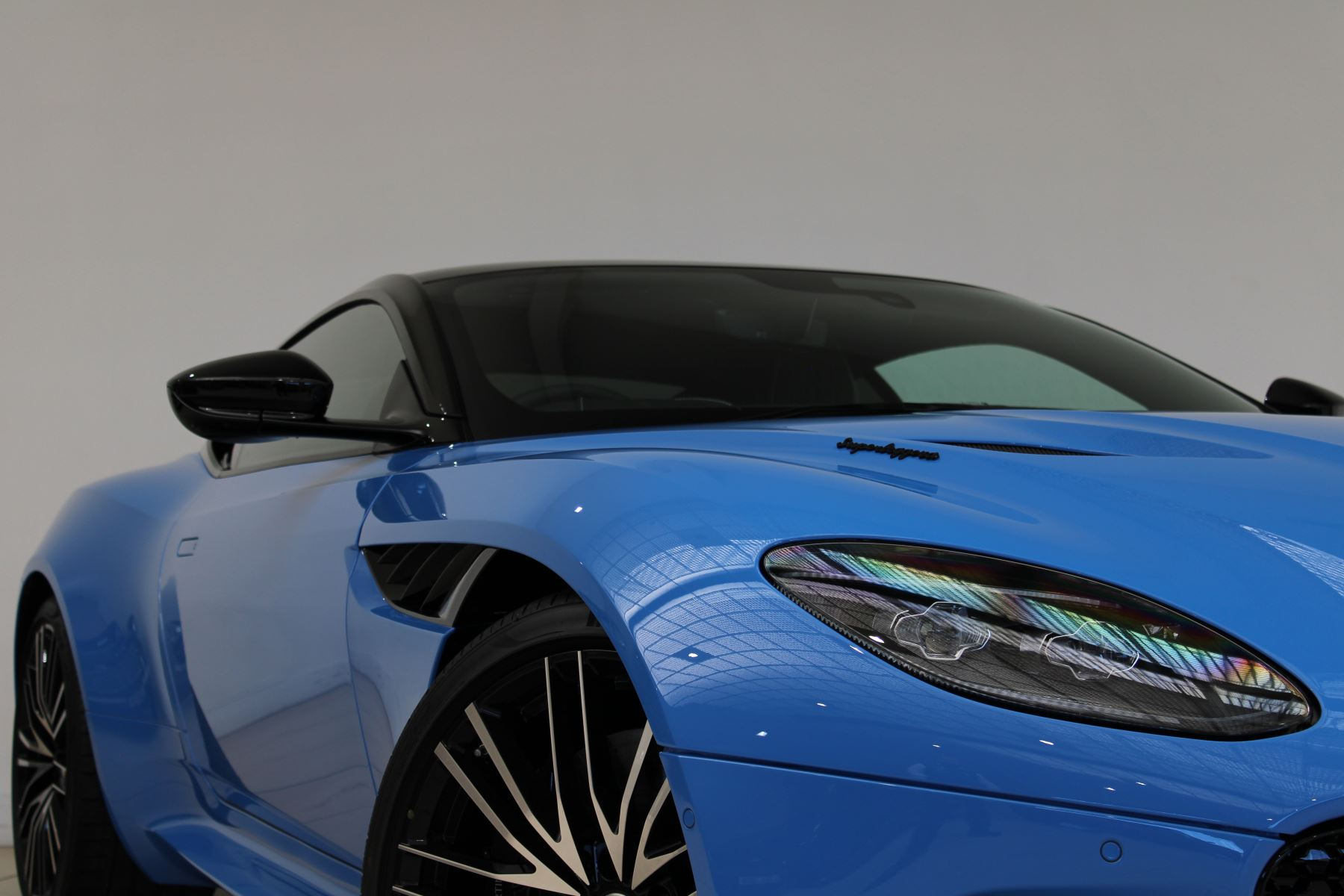 Aston Martin DBS V12 Superleggera Touchtronic Special Ceramic Blue - B&O image 6