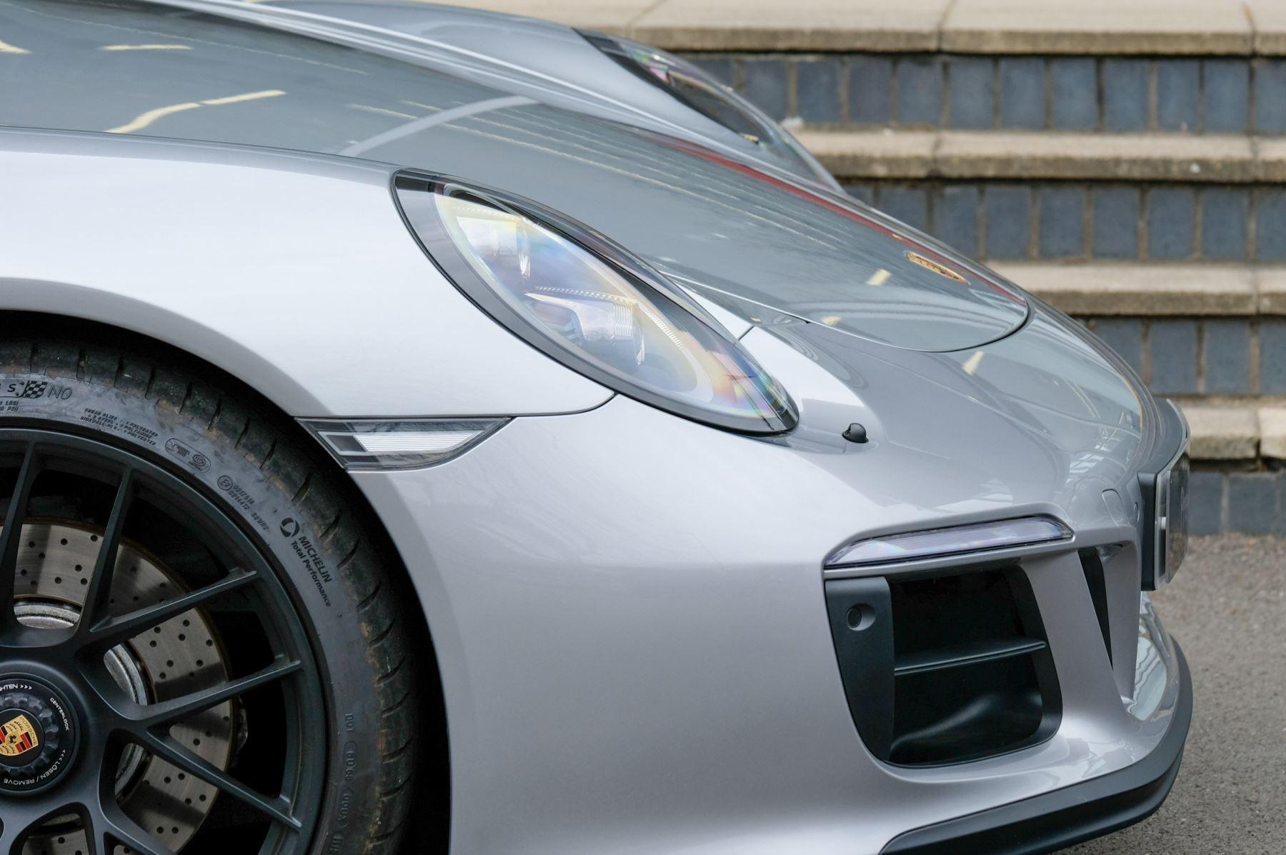 Porsche 911 TARGA 4 GTS - PDK - SPORT DESIGN PACKAGE - GTS INTERIOR PACKAGE image 9