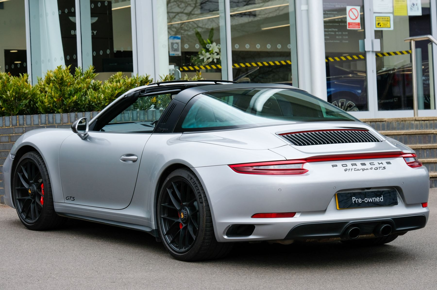 Porsche 911 TARGA 4 GTS - PDK - SPORT DESIGN PACKAGE - GTS INTERIOR PACKAGE image 2