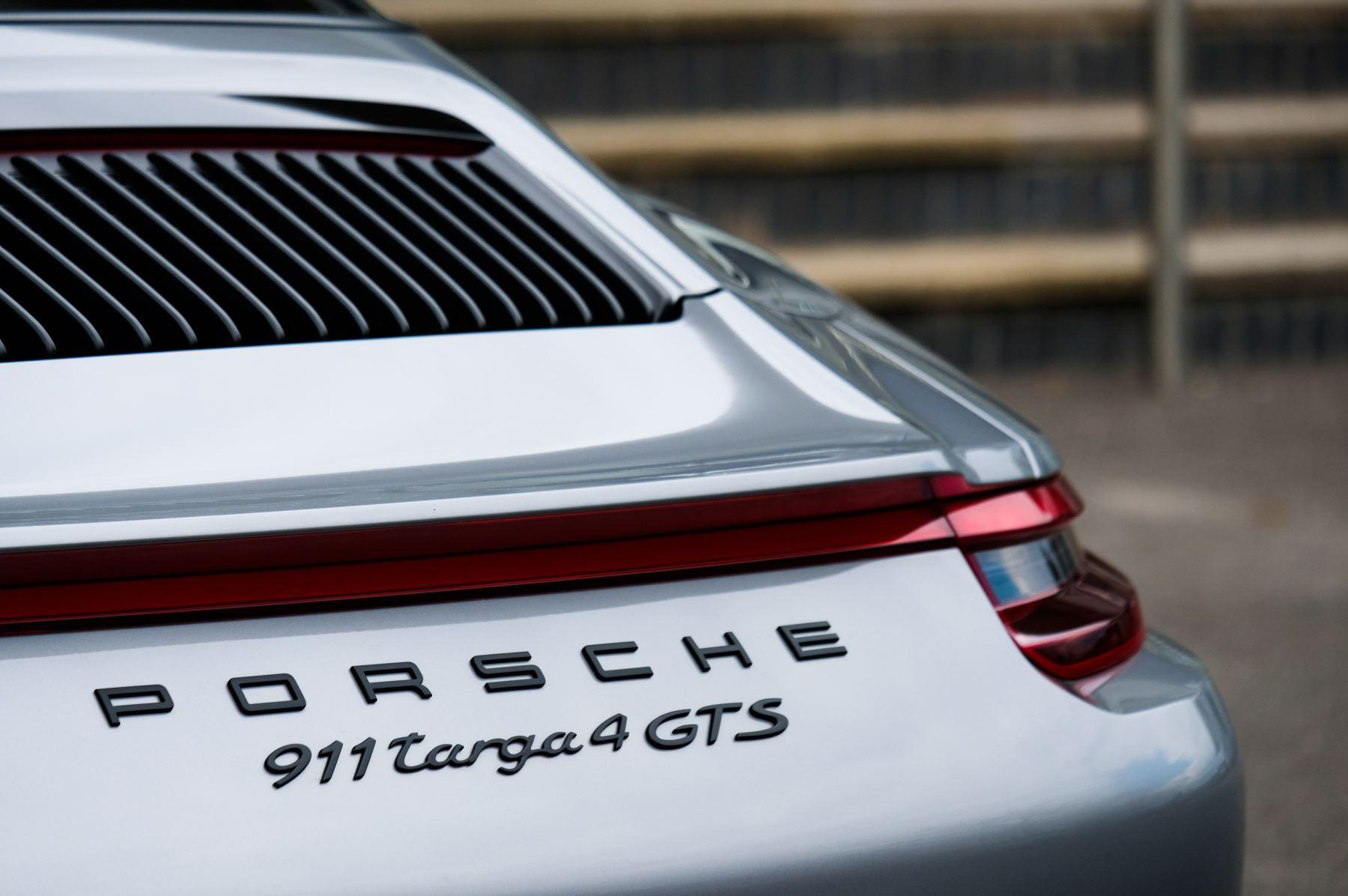 Porsche 911 TARGA 4 GTS - PDK - SPORT DESIGN PACKAGE - GTS INTERIOR PACKAGE image 12