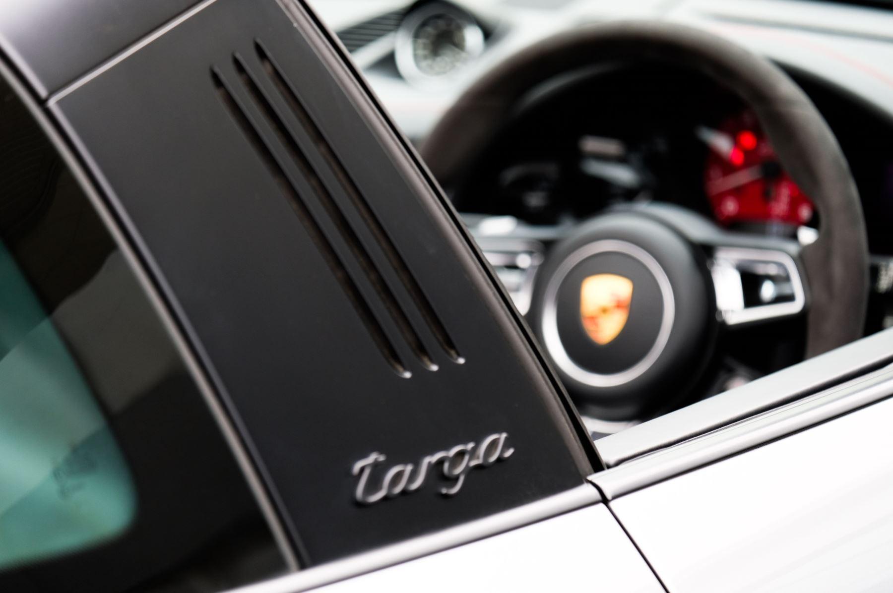 Porsche 911 TARGA 4 GTS - PDK - SPORT DESIGN PACKAGE - GTS INTERIOR PACKAGE image 13