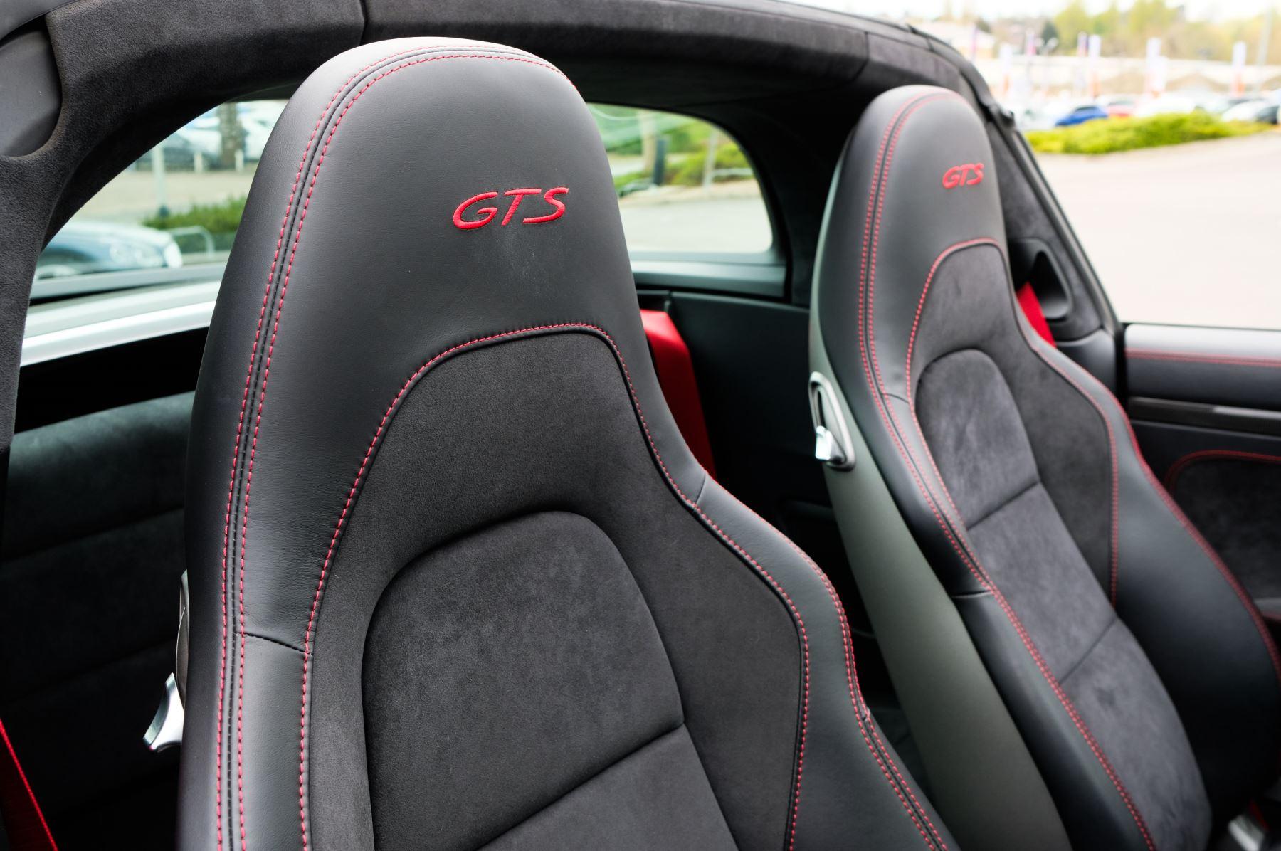 Porsche 911 TARGA 4 GTS - PDK - SPORT DESIGN PACKAGE - GTS INTERIOR PACKAGE image 14