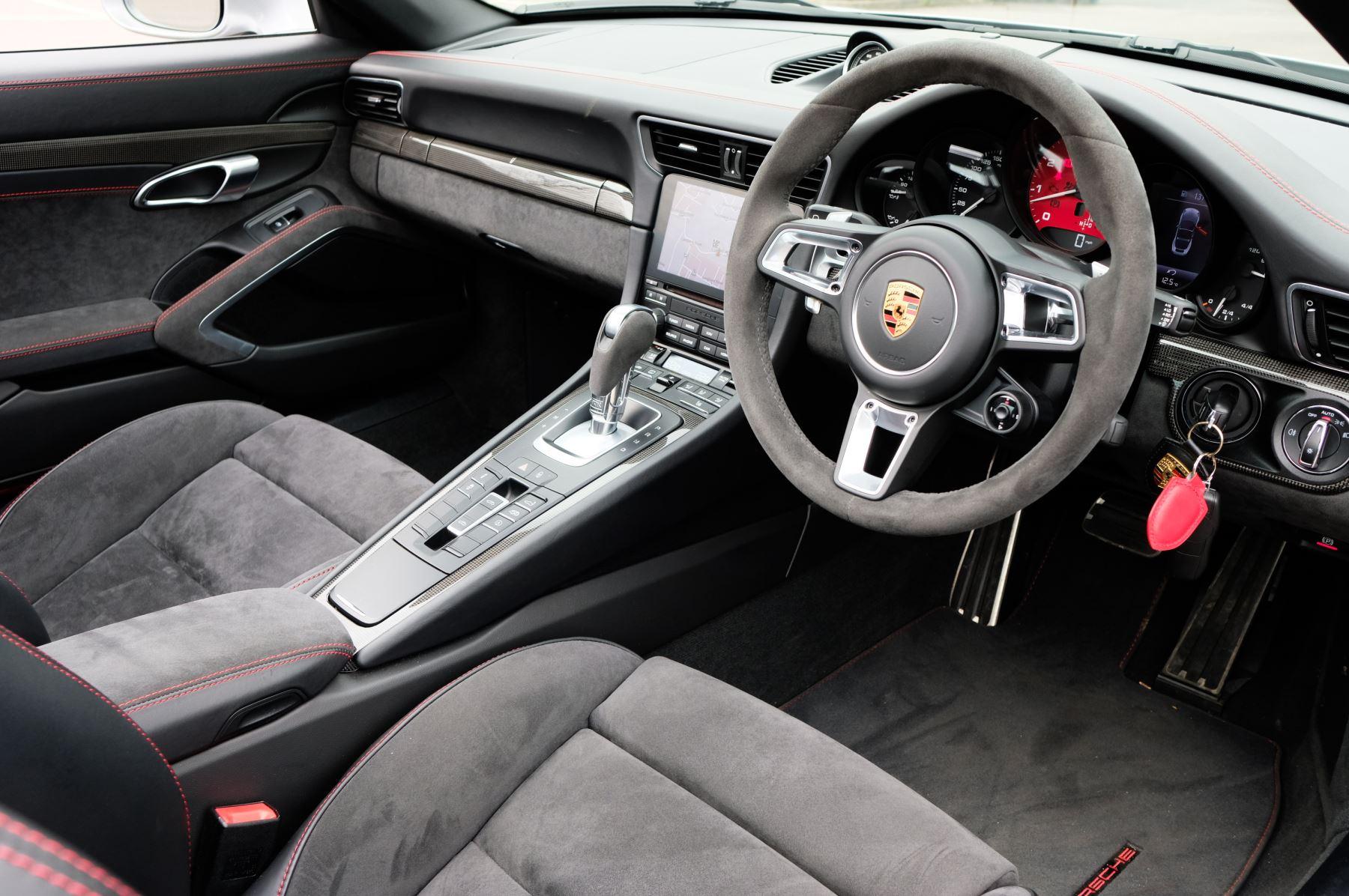 Porsche 911 TARGA 4 GTS - PDK - SPORT DESIGN PACKAGE - GTS INTERIOR PACKAGE image 15