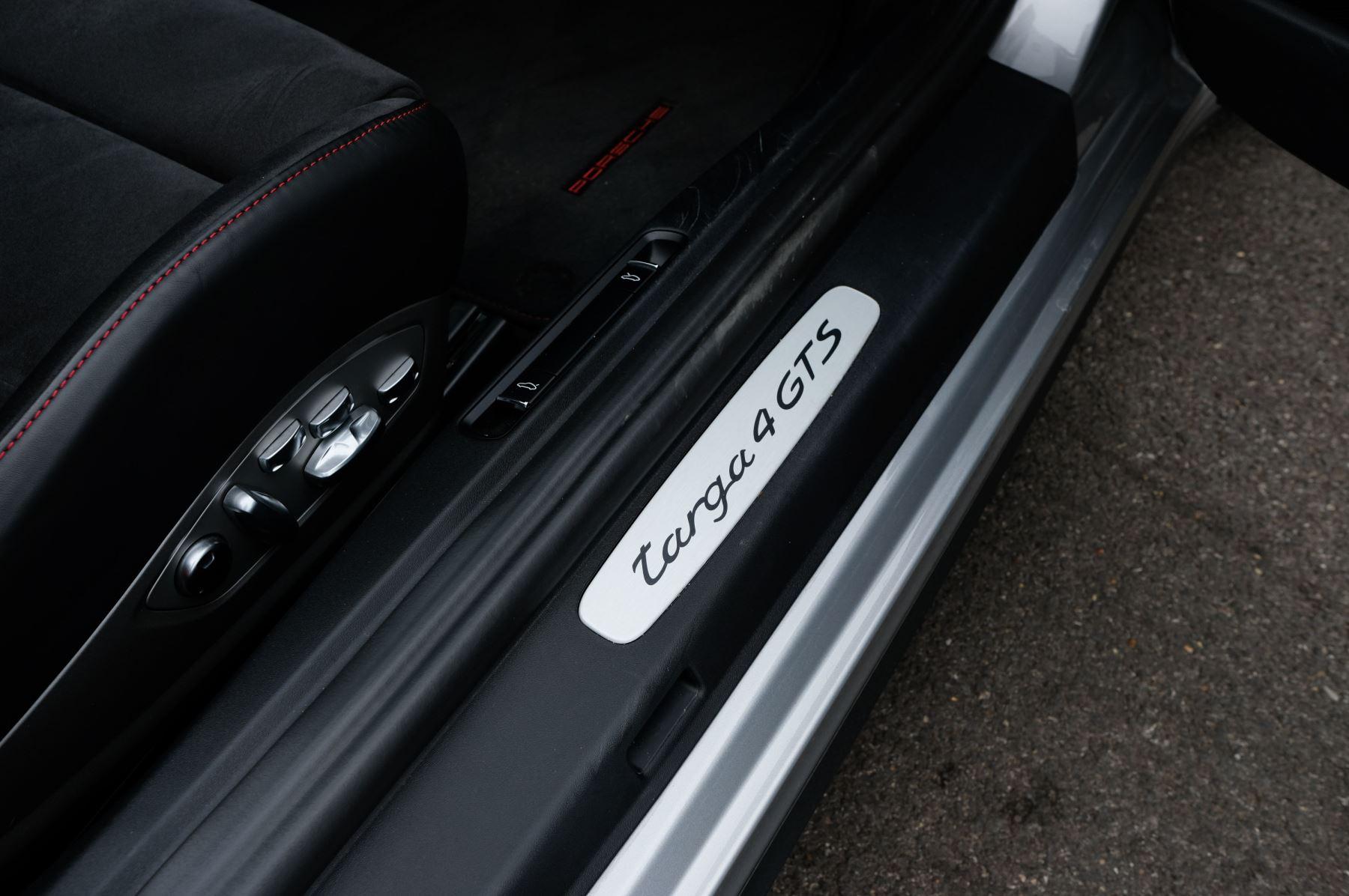 Porsche 911 TARGA 4 GTS - PDK - SPORT DESIGN PACKAGE - GTS INTERIOR PACKAGE image 17