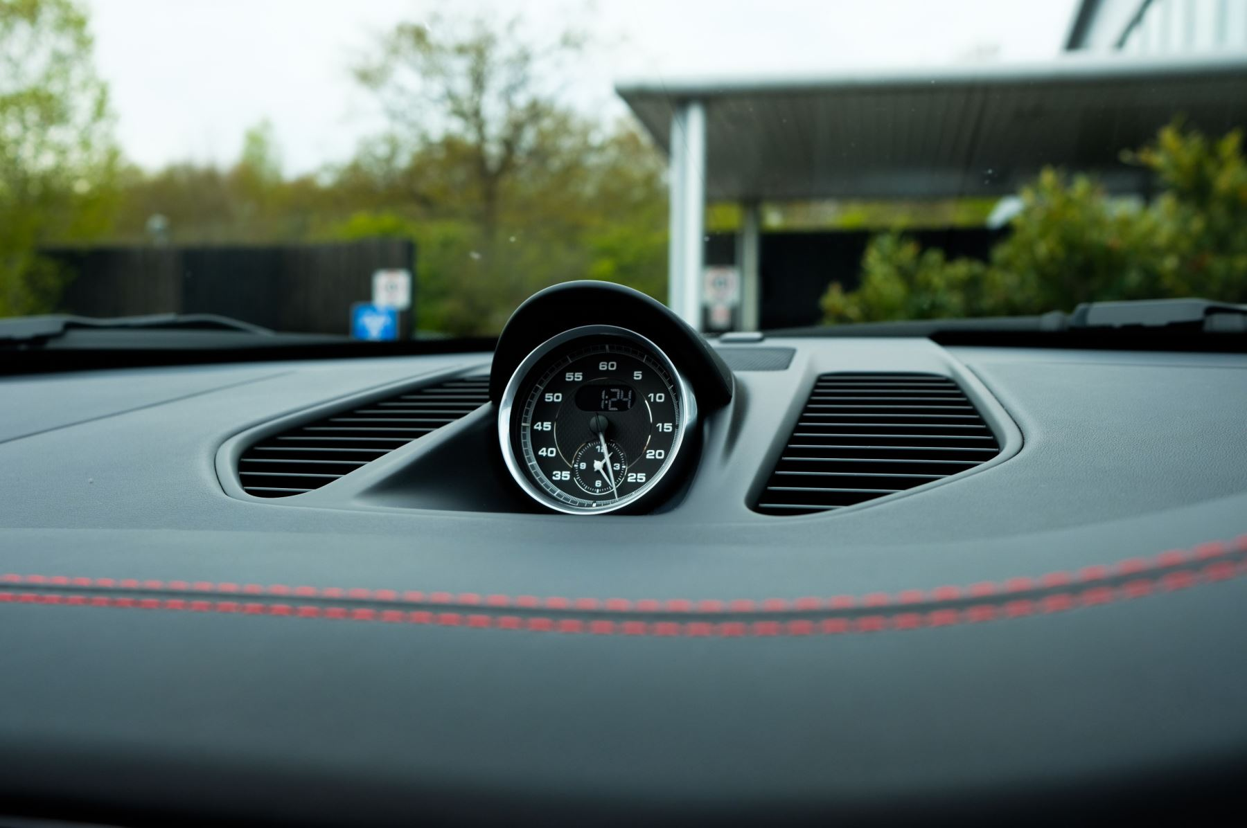 Porsche 911 TARGA 4 GTS - PDK - SPORT DESIGN PACKAGE - GTS INTERIOR PACKAGE image 27