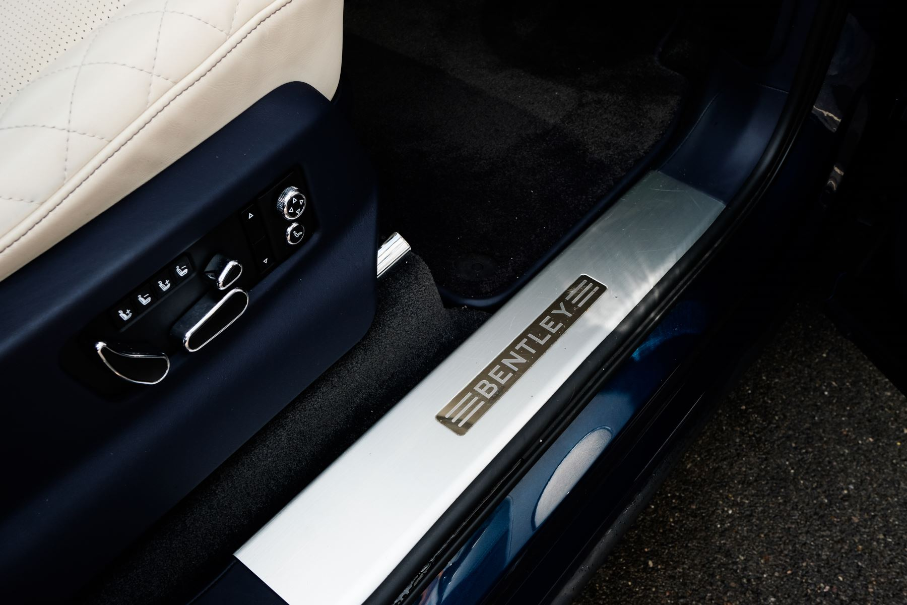 Bentley Bentayga 6.0 W12 - All Terrain, Sunshine, City and Touring Specification image 16