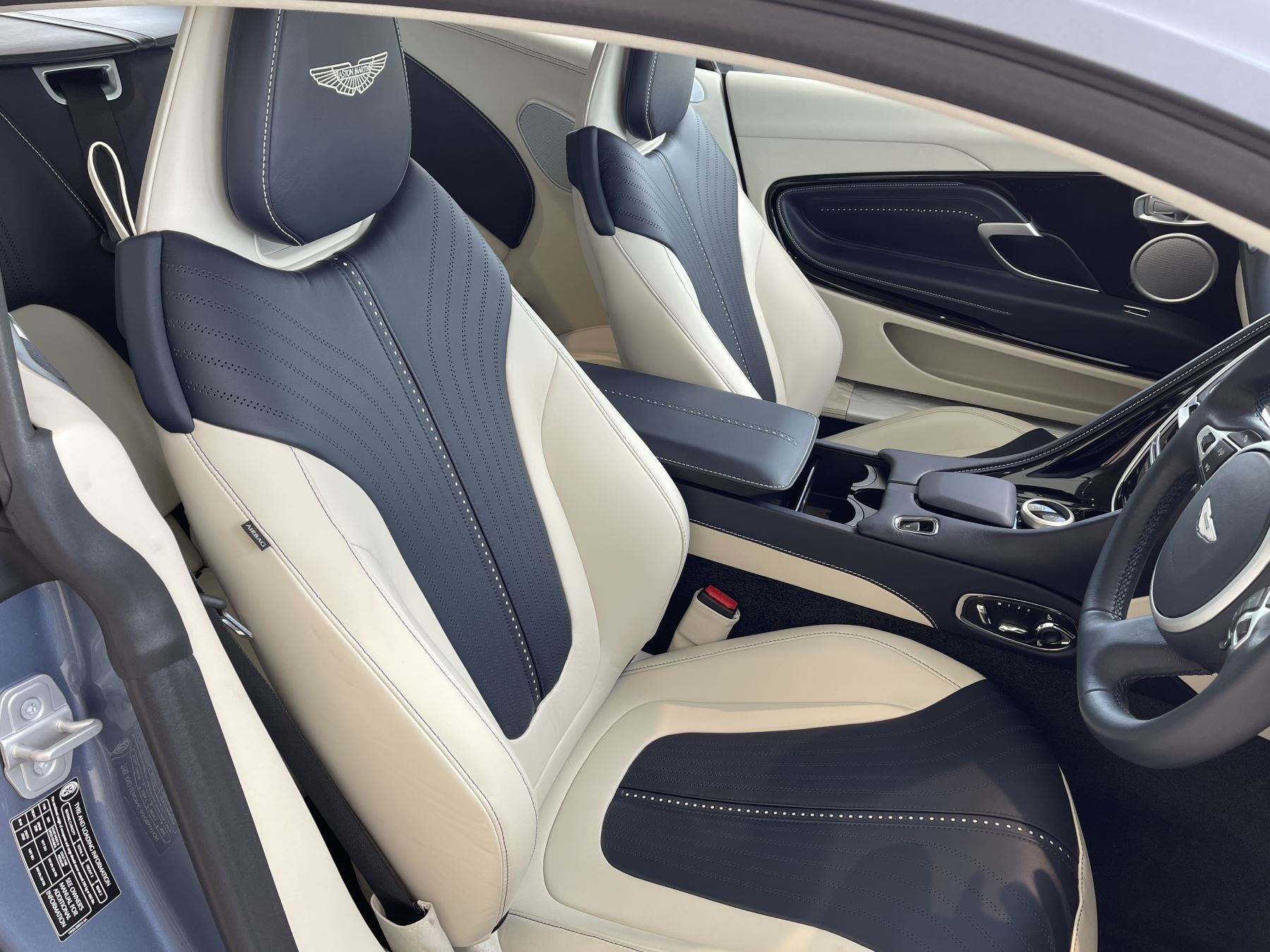 Aston Martin DB11 V8 Touchtronic image 8