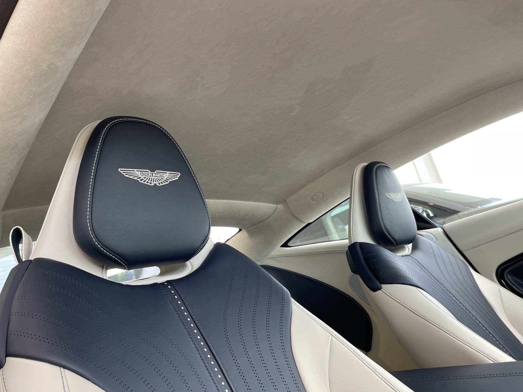 Aston Martin DB11 V8 Touchtronic image 11