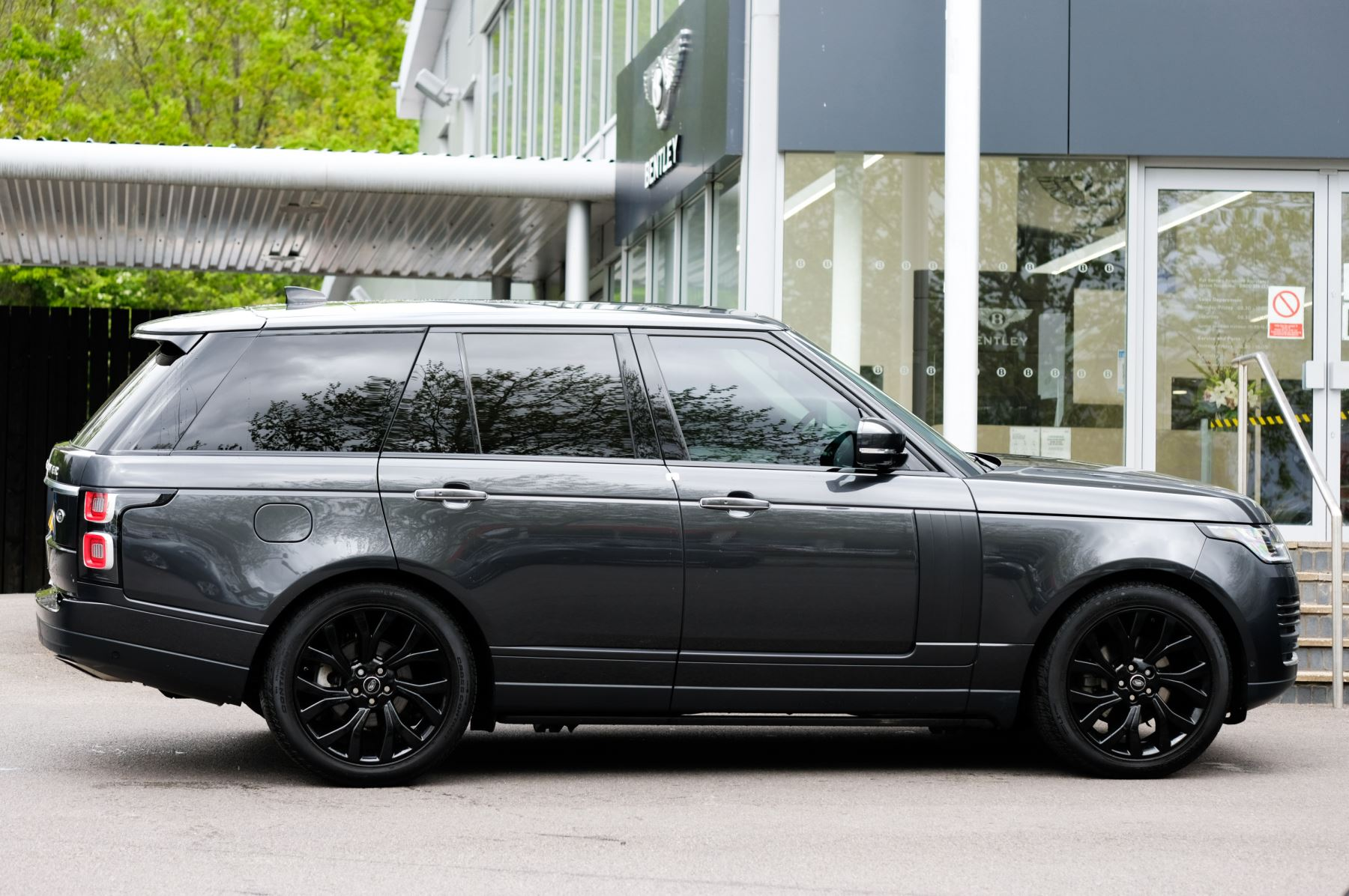 Land Rover Range Rover 3.0 SDV6 Vogue SE - Panoramic Roof - Privacy Glass - 21 inch Alloys image 3