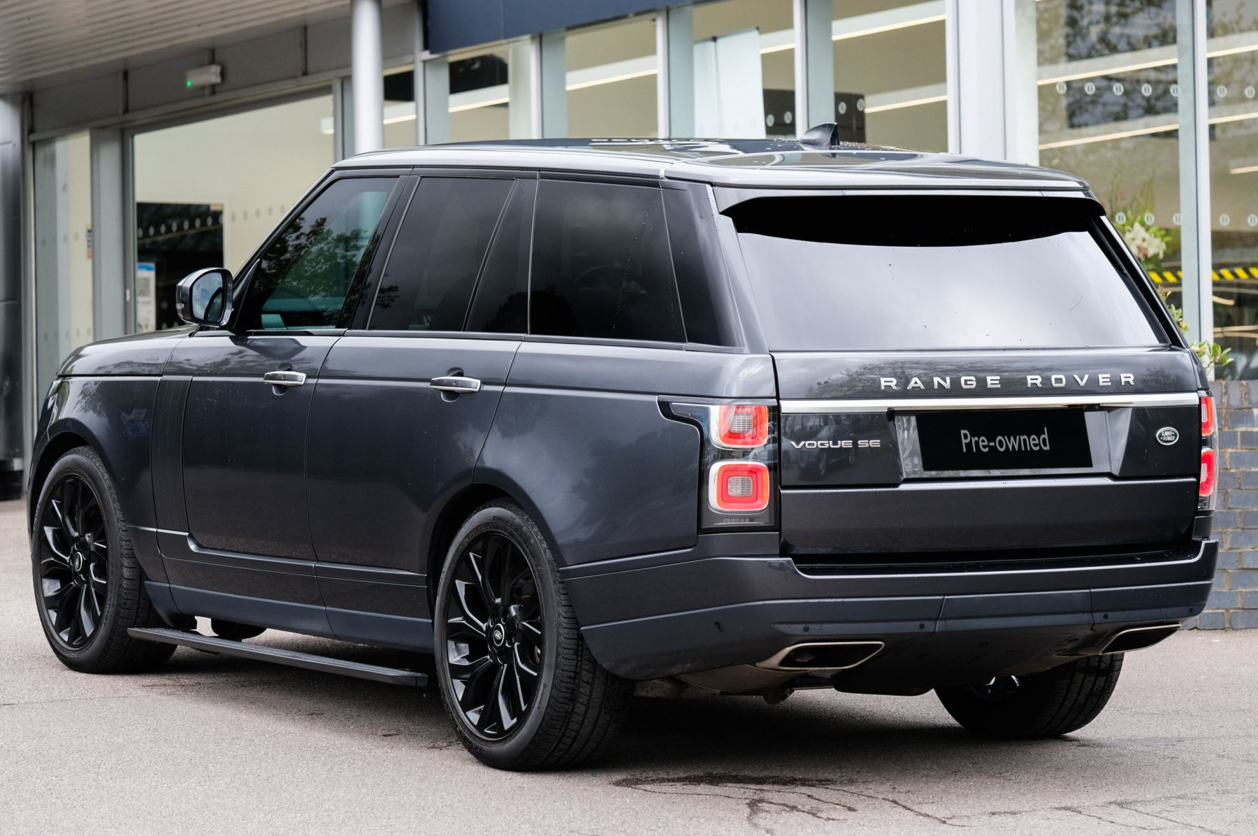 Land Rover Range Rover 3.0 SDV6 Vogue SE - Panoramic Roof - Privacy Glass - 21 inch Alloys image 4